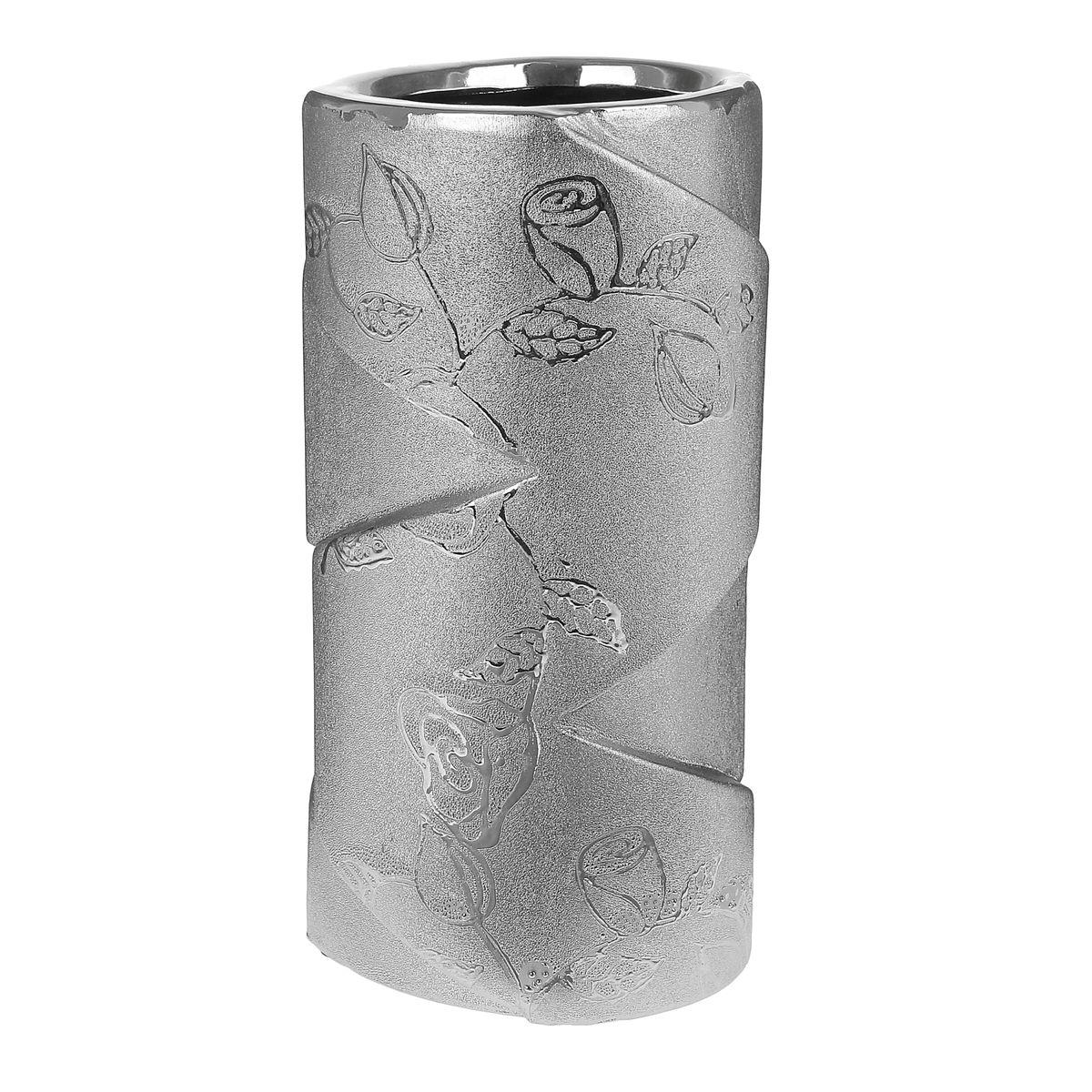 Ваза Sima-land Серебряная роза, высота 18 смFS-91909Ваза Sima-land Серебряная роза, изготовленная из высококачественной керамики, оформлена изображением цветов и имеет изысканный внешний вид. Дно изделия оснащено противоскользящими накладками. Интересная форма и необычное оформление сделают эту вазу замечательным дополнением интерьера. Ваза предназначена как для живых, так и для искусственных цветов.