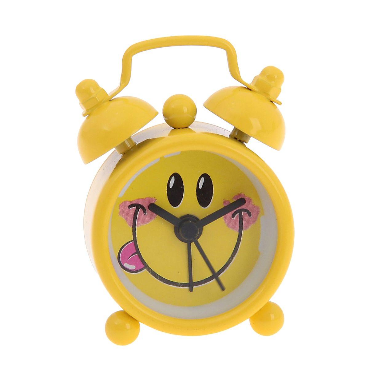 Часы-будильник Sima-land Смайлик, цвет: желтый92268Как же сложно иногда вставать вовремя! Всегда так хочется поспать еще хотя бы 5 минут и бывает, что мы просыпаем. Теперь этого не случится! Яркий, оригинальный будильник Sima-land Смайлик поможет вам всегда вставать в нужное время и успевать везде и всюду. Будильник украсит вашу комнату и приведет в восхищение друзей. Эта уменьшенная версия привычного будильника умещается на ладони и работает так же громко, как и привычные аналоги. Время показывает точно и будит в установленный час.На задней панели будильника расположены переключатель включения/выключения механизма, а также два колесика для настройки текущего времени и времени звонка будильника.Будильник работает от 1 батарейки типа LR44 (входит в комплект).
