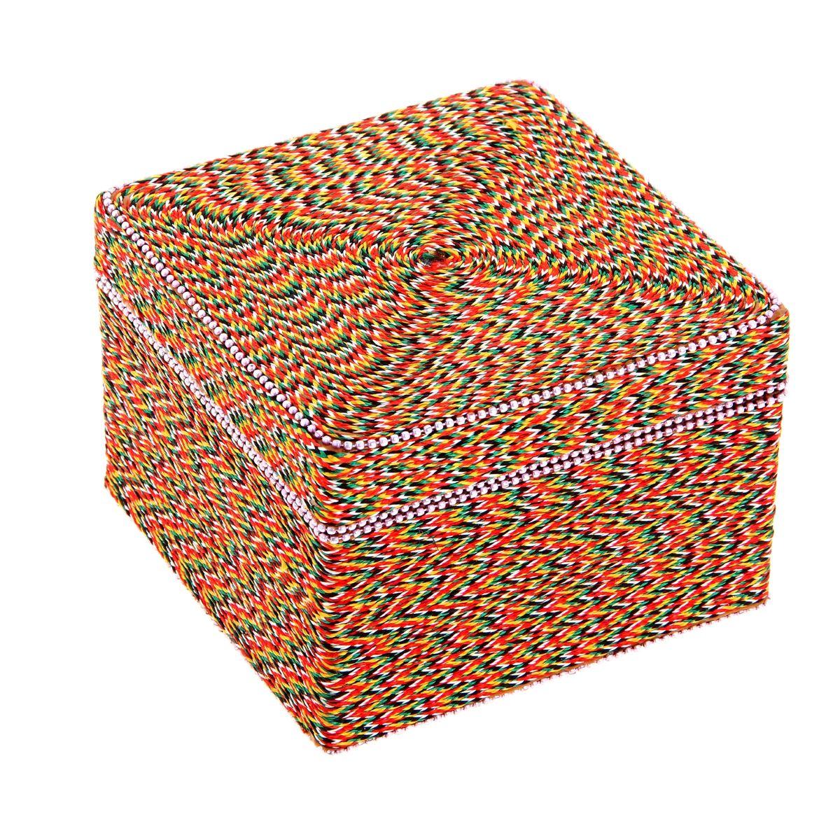 Шкатулка Sima-land Тесьма, 13 см х 13 см х 9,3 смFS-80299Шкатулка Sima-land Тесьма выполнена из высококачественного МДФ. Снаружи шкатулка декорирована разноцветным шнурком. Внутри одно большое отделение. Разве может истинная ценительница украшений остаться равнодушной при виде такой эффектной шкатулки? Ее сразу хочется наполнить различными аксессуарами, ювелирными украшениями и красивой бижутерией. Тогда вперед, заполните до краев эту индийскую вещицу!