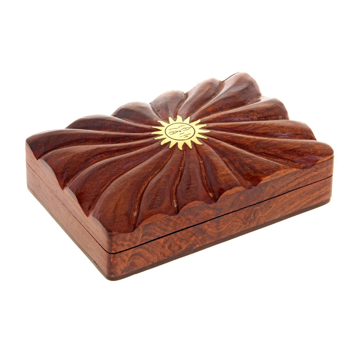 Шкатулка Sima-land Солнце, 13,5 см х 9,5 см х 4 смNLED-420-1.5W-RШкатулка Sima-land Солнце изготовлена из дерева и имеет одно отделение. Затейливый узор, украшающий ее, вырезан вручную, что, без сомнения, придает шкатулке особую ценность. Изделие декорировано изображением солнца, выполненным из латуни. Такая шкатулка - не простой сувенир. Ее функция не только декоративная, но и практическая - служить удобным и надежным местом для хранения самых разных мелочей. Шкатулка Sima-land Солнце станет приятным подарком женщине по случаю праздника, она обязательно оценит ваш безупречный вкус.