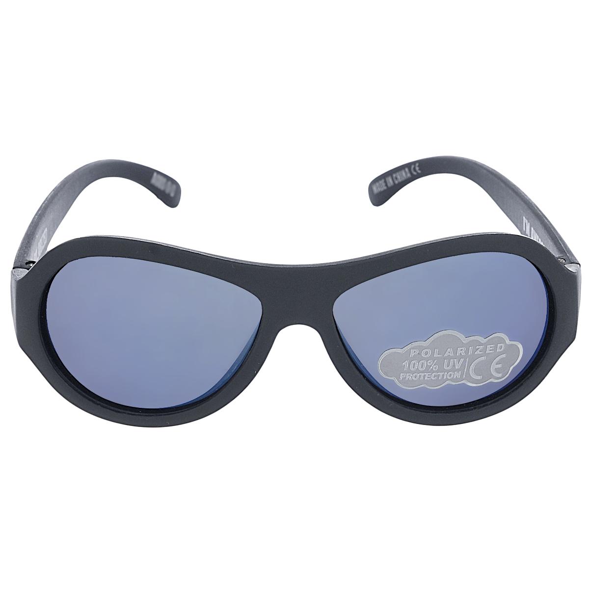 Детские солнцезащитные очки Babiators Спецназ (Black Ops), поляризационные, с футляром, цвет: черный, 0-3 летBM8434-58AEЗащита глаз всегда в моде.Вы делаете все возможное, чтобы ваши дети были здоровы и в безопасности. Шлемы для езды на велосипеде, солнцезащитный крем для прогулок на солнце... Но как насчёт влияния солнца на глазах вашего ребёнка? Правда в том, что сетчатка глаза у детей развивается вместе с самим ребёнком. Это означает, что глаза малышей не могут отфильтровать УФ-излучение. Добавьте к этому тот факт, что дети за год получают трёхкратную дозу солнечного воздействия на взрослого человека (доклад Vision Council Report 2013, США). Проблема понятна - детям нужна настоящая защита, чтобы глазки были в безопасности, а зрение сильным.Каждая пара солнцезащитных очков Babiators для детей обеспечивает 100% защиту от UVA и UVB. Прочные линзы высшего качества не подведут в самых сложных переделках. В отличие от обычных пластиковых очков, оправа Babiators выполнена из гибкого прорезиненного материала, что делает их ударопрочными, их можно сгибать и крутить - они не сломаются и вернутся в прежнюю форму. Не бойтесь, что ребёнок сядет на них - они всё выдержат. Очки доступны в двух размерах: Junior (от 6 месяцев до 3 лет) и Classic (3-7+ лет). Прилагается стильный твердый чехол с замком в виде облачка. Будьте уверены, что очки Babiators созданы безопасными, прочными и классными, так что вы и ваш маленький лётчик можете приступать к своим приключениям!