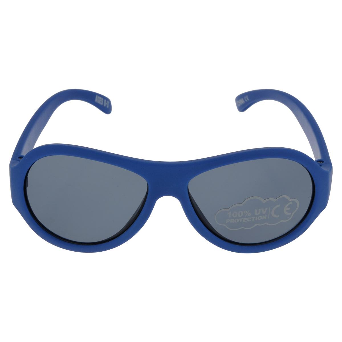Детские солнцезащитные очки Babiators Ангелы (Angels), цвет: синий, 0-3 годаBM8434-58AEВы делаете все возможное, чтобы ваши дети были здоровы и в безопасности. Шлемы для езды на велосипеде, солнцезащитный крем для прогулок на солнце... Но как насчет влияния солнца на глаза вашего ребенка? Правда в том, что сетчатка глаза у детей развивается вместе с самим ребенком. Это означает, что глаза малышей не могут отфильтровать УФ-излучение. Проблема понятна - детям нужна настоящая защита, чтобы глазки были в безопасности, а зрение сильным.Каждая пара солнцезащитных очков Babiators для детей обеспечивает 100% защиту от UVA и UVB. Прочные линзы высшего качества из поликарбоната не подведут в самых сложных переделках. В отличие от обычных пластиковых очков, оправа Babiators выполнена из гибкого прорезиненного материала (термопластичного эластомера), что делает их ударопрочными, их можно сгибать и крутить - они не сломаются и вернутся в прежнюю форму. Не бойтесь, что ребенок сядет на них - они все выдержат. Будьте уверены, что очки Babiators созданы безопасными, прочными и классными, так что вы и ваш ребенок можете приступать к своим приключениям!