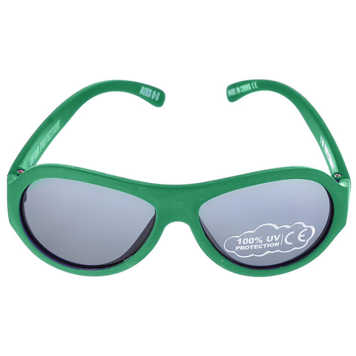 Детские солнцезащитные очки Babiators Время летит (Go Time), цвет: зеленый, 0-3 годаBM8434-58AEВы делаете все возможное, чтобы ваши дети были здоровы и в безопасности. Шлемы для езды на велосипеде, солнцезащитный крем для прогулок на солнце... Но как насчет влияния солнца на глаза вашего ребенка? Правда в том, что сетчатка глаза у детей развивается вместе с самим ребенком. Это означает, что глаза малышей не могут отфильтровать УФ-излучение. Проблема понятна - детям нужна настоящая защита, чтобы глазки были в безопасности, а зрение сильным.Каждая пара солнцезащитных очков Babiators для детей обеспечивает 100% защиту от UVA и UVB. Прочные линзы высшего качества из поликарбоната не подведут в самых сложных переделках. В отличие от обычных пластиковых очков, оправа Babiators выполнена из гибкого прорезиненного материала (термопластичного эластомера), что делает их ударопрочными, их можно сгибать и крутить - они не сломаются и вернутся в прежнюю форму. Не бойтесь, что ребенок сядет на них - они все выдержат. Будьте уверены, что очки Babiators созданы безопасными, прочными и классными, так что вы и ваш ребенок можете приступать к своим приключениям!