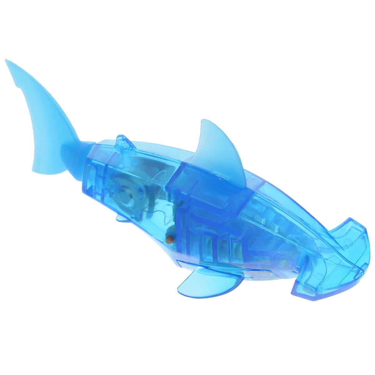 """Уникальный микро-робот Hexbug """"Aquabot Hammerhead"""" изготовлен из безопасного пластика в виде рыбы-молота. Теперь микро-роботы осваивают и водные глубины! Робот-рыбка Hexbug """"Aquabot Hammerhead"""" плавает как настоящая рыба и непредсказуем в направлении движения. Опустите его в воду и он оживет! Если микро-робот замер, то достаточно просто всколыхнуть воду и он снова поплывет. Вне воды он автоматически выключается. Но и это еще не все, теперь микро-роботы рыбки оснащены световыми эффектами! Для работы игрушки необходимы 2 батарейки типа LR44 (товар комплектуется демонстрационными)."""
