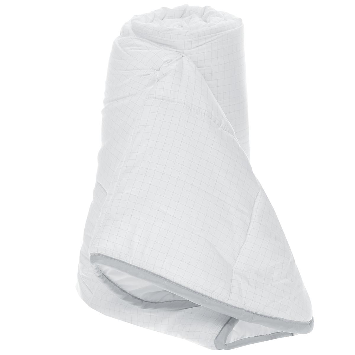 Одеяло легкое Comfort Line Антистресс, наполнитель: полиэстер, 140 х 205 смМБПЭ-18-1,5Легкое одеяло Comfort Line Антистресс подарит незабываемое чувство комфорта и уюта во время сна. Одеяло выполнено по инновационной технологии с применением карбоновой нити, которая способна снимать и отводить статическое напряжение. При уменьшении статического электричества качество сна увеличивается, вы почувствуете себя более отдохнувшим и снявшим стресс. Идеально подойдет людям, которые много времени проводят на работе, подвержены стрессу и заботятся о своем здоровье. Изделие также отлично отводит и испаряет влагу.Одеяло упаковано в пластиковую сумку-чехол, закрывающуюся на застежку-молнию.Рекомендации по уходу: - Можно стирать в стиральной машине при температуре не выше 30°С. - Не отбеливать. - Не гладить. - Нельзя отжимать и сушить в стиральной машине. - Химчистка с мягким растворителем. - Сушить вертикально. Материал чехла: микрофибра (99,4% полиэстер, 0,6% карбон).Наполнитель: полиэстеровое волокно (100% полиэстер). Размер: 140 см х 205 см. Масса наполнителя: 150 г/м2.