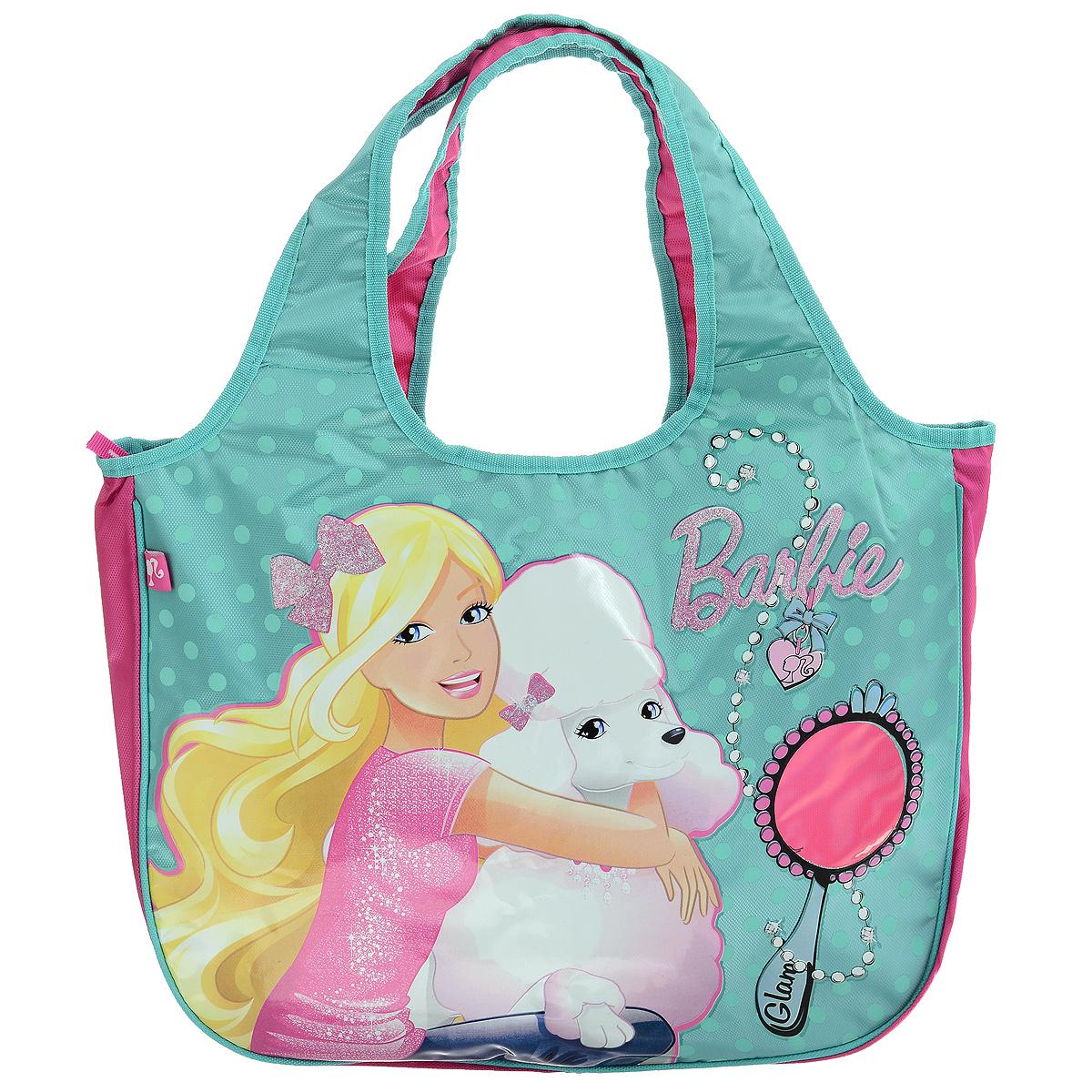 Сумка детская Barbie, цвет: бирюзовый, розовый. BRAS-UT-144572523WDСумка детская Barbie, выполненная из плотного, водоотталкивающего полиэстера, оформлена изображением известной игрушки - куклы Барби с ее собачкой.Сумочка имеет одно большое вместительное отделение, закрывающееся на застежку-молнию, куда можно положить все необходимые принадлежности и аксессуары. На лицевой стороне сумки имеется небольшая прозрачная вставка в виде зеркала куклы. Внутри отделения расположен карман-кошелек на молнии. Сумочка оснащена двумя ручками для переноски, которые выполнены цельными с основой.Сумка Barbie - идеальный вариант аксессуара на время прогулки или путешествия.