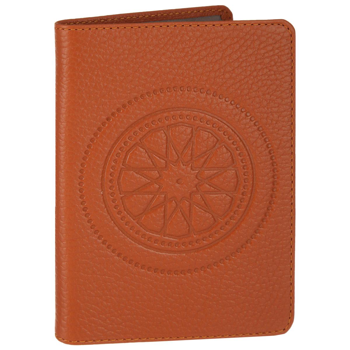Обложка для паспорта Fabula Talisman, цвет: рыжий. O.65.SNW16-12123_811Стильная обложка для паспорта Fabula Talisman выполнена из натуральной кожи с зернистой текстурой, оформлена декоративным тиснением. Обложка для паспорта раскладывается пополам, внутри расположены два пластиковых кармашка.Такая обложка для паспорта станет прекрасным и стильным подарком человеку, любящему оригинальные и практичные вещи.