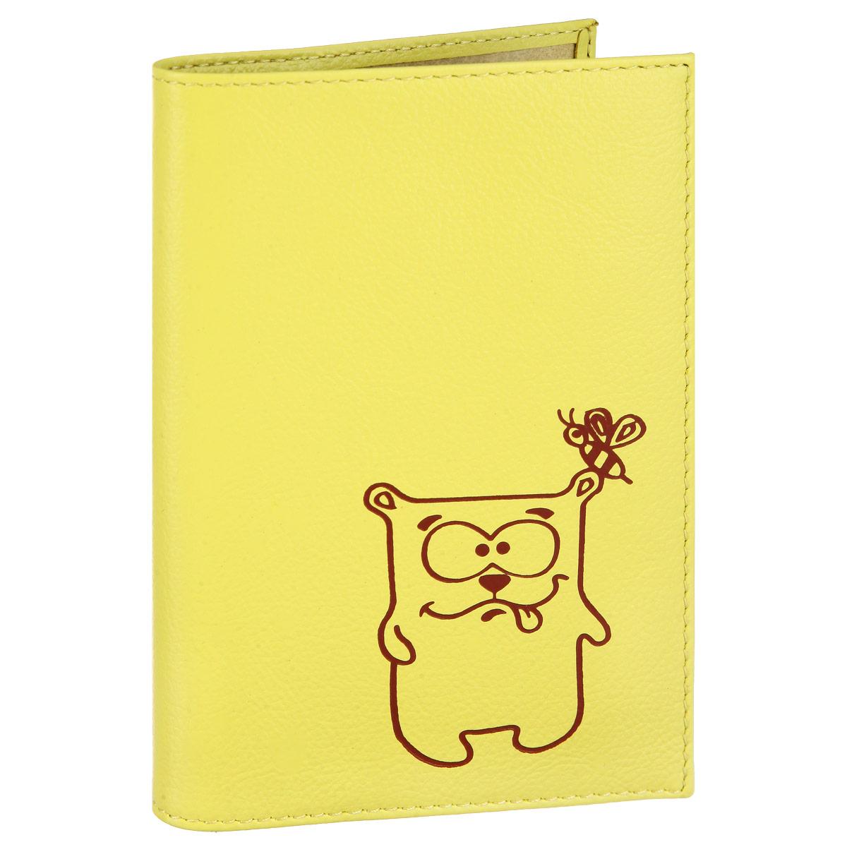 Обложка для паспорта Fabula Friends цвет: лимонный. O.30.CH35680Стильная обложка для паспорта Fabula Friends выполнена из натуральной кожи с зернистой текстурой, оформлена художественной печатью с изображением забавного медвежонка. Обложка для паспорта раскладывается пополам, внутри расположены два пластиковых кармашка.Такая обложка для паспорта станет прекрасным и стильным подарком человеку, любящему оригинальные и практичные вещи.