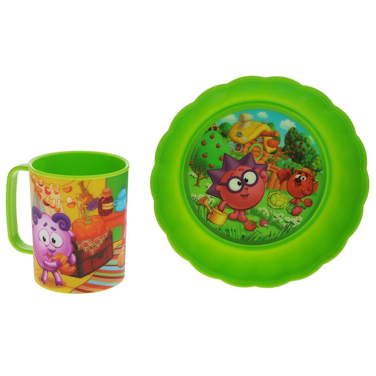"""Набор детской посуды """"Смешарики. Осень"""" состоит из кружки и тарелки. Посуда, выполненная из пищевого пластика, оформлена изображениями героев популярного мультфильма """"Смешарики"""". Рисунки находятся под слоем прозрачного структурного пластика (линзы), создающего эффект объемного изображения, как в 3D кино, и исключающего попадание краски в жидкость. Небьющаяся посуда, красивая, легкая и удобная в уходе, прекрасно выдерживает горячую пищу. Ваш малыш с удовольствием будет кушать вместе с любимыми героями. Объем кружки: 325 мл. Диаметр тарелки: 17,5 см. Высота тарелки: 4 см."""
