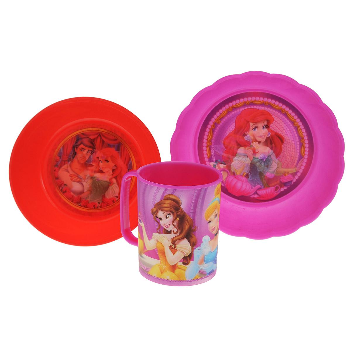 """Набор детской посуды Disney """"Принцессы. Праздник"""" состоит из кружки, салатника и тарелки. Посуда, выполненная из пищевого пластика, оформлена изображениями принцесс популярных мультфильмов. Рисунки находятся под слоем прозрачного структурного пластика (линзы), создающего эффект объемного изображения, как в 3D кино, и исключающего попадание краски в жидкость. Небьющаяся посуда, красивая, легкая и удобная в уходе, прекрасно выдерживает горячую пищу. Ваш малыш с удовольствием будет кушать вместе с любимыми героями. Объем кружки: 325 мл. Диаметр салатника: 15 см. Высота салатника: 5 см. Диаметр тарелки: 18 см. Высота тарелки: 4 см."""