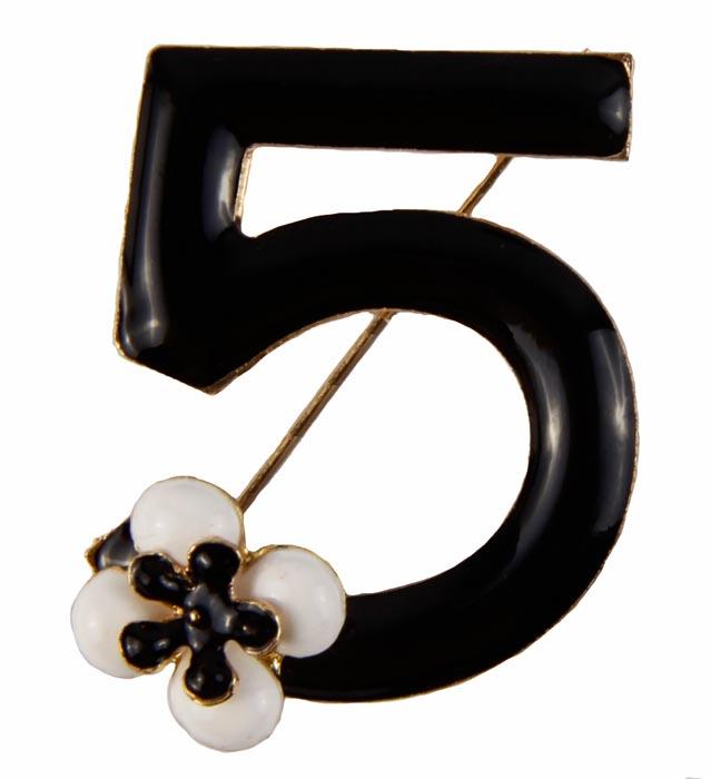 Брошь №5 в стиле Шанель. Металл, полихромные эмали. Конец XX векаБрошь-булавкаМеталл, полихромные эмали. Западная Европа, конец XX века.Размеры 4 х 4 см. Сохранность хорошая. Очаровательная яркая брошь, выполненная в виде цифры 5 - известного символа дома Шанель. Оригинальный аксессуар .Эта изысканная брошь станет стильным украшением для романтичной и творческой натуры и гармонично дополнит Ваш наряд, станет завершающим штрихом в создании образа.