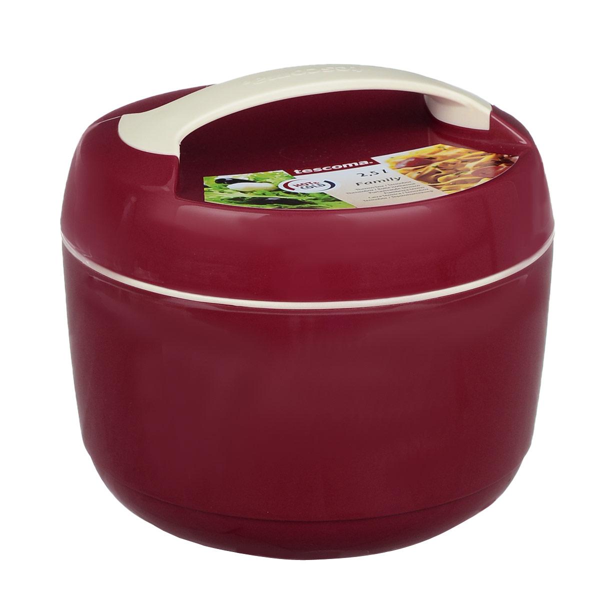 Термоконтейнер Tescoma Family, цвет: красный, 2,5 лVT-1520(SR)Термоконтейнер Tescoma Family изготовлен из высококачественного пищевого пластика. Прекрасно подходит для длительного хранения и переноски теплой и холодной пищи. Двойные стенки контейнера с высокоэффективным теплоизоляционным заполнением сохраняют пищу теплой или холодной в течение нескольких часов. При обычном использовании контейнер не бьющийся. Крышка плотно и удобно закручивается. Для комфортной переноски предусмотрена ручка. В комплекте имеется специальная емкость объемом 1 л для отдельного хранения закусок и гарнира. Емкость удобно помещается внутрь контейнера. Контейнер нельзя мыть в посудомоечной машине, пластиковая емкость с крышкой пригодна для мытья в посудомоечной машине. Объем контейнера: 2,5 л. Диаметр контейнера: 22 см. Высота контейнера: 17 см. Объем емкости: 1 л. Диаметр емкости: 19 см. Высота стенки емкости: 4,5 см.