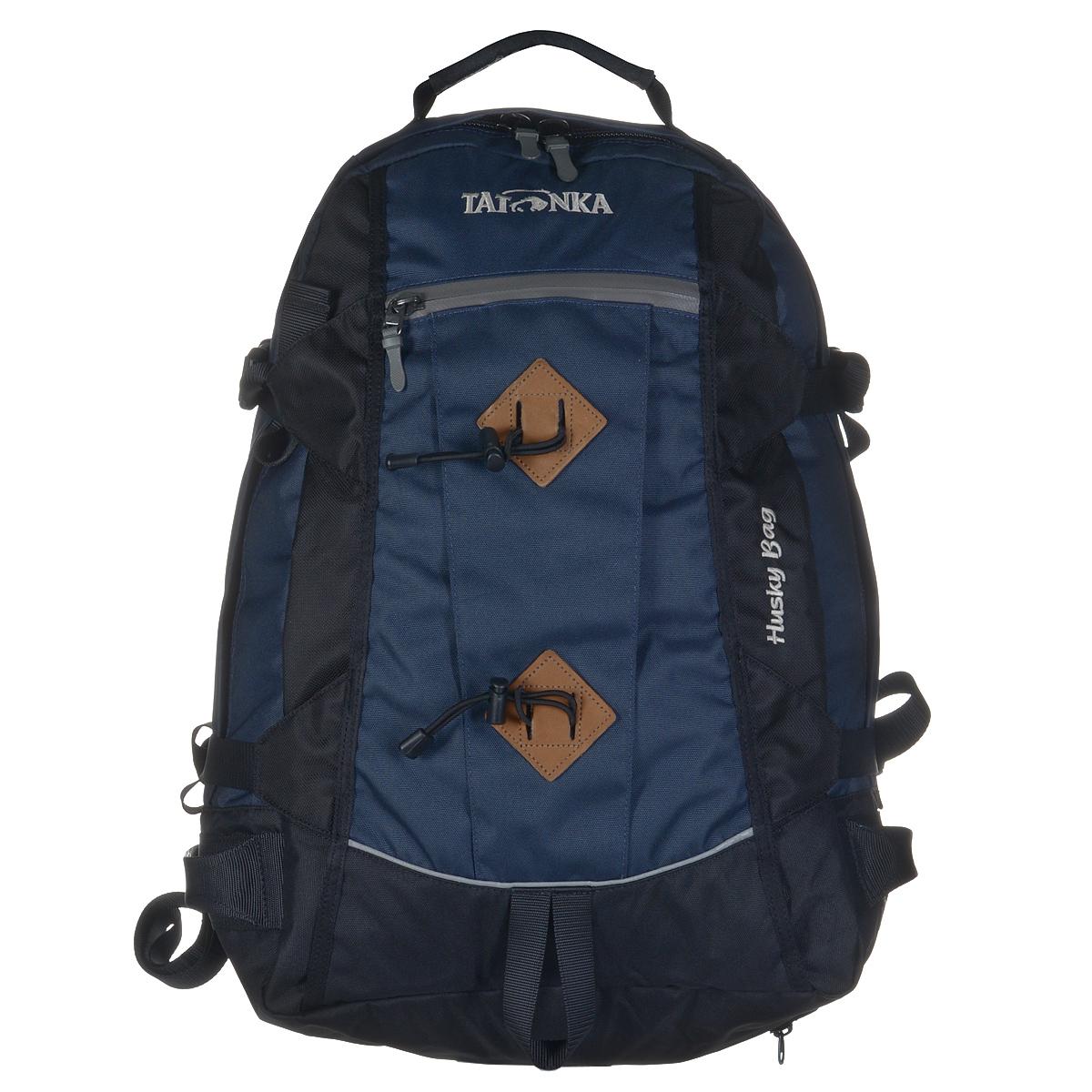Рюкзак городской Tatonka Husky Bag с чехлом от дождя, цвет: синий, черный, 28 л. 1580.004BP-001 BKРюкзак Tatonka Husky Bag, изготовленный из высококачественного материала, имеет идеальные пропорции и богатое техническое оснащение, позволяющиеиспользовать его как горный, трекинговый или городской.Изделие имеет одно главное отделение, внутри которого имеются два кармана. Один карман оснащен держателем для ключей, второй карман на резинке.Рюкзак имеет мягкие регулируемые плечевые лямки и мягкий набедренный пояс с карманами на молнии. С помощью регулируемого нагрудного ремня рюкзак прочно будет прилегать к спине, а боковые стяжки утянут ваш рюкзак до нужного размера.Внешний карман имеет водонепроницаемую молнию. Специальная петля внизу рюкзака предназначена для палок или ледоруба.В комплекте - дождевой чехол яркого цвета. Материал: Textreme 6.6, ХексоТокс, СликТекс. Объем 28 л.Вес: 1,85 кг.