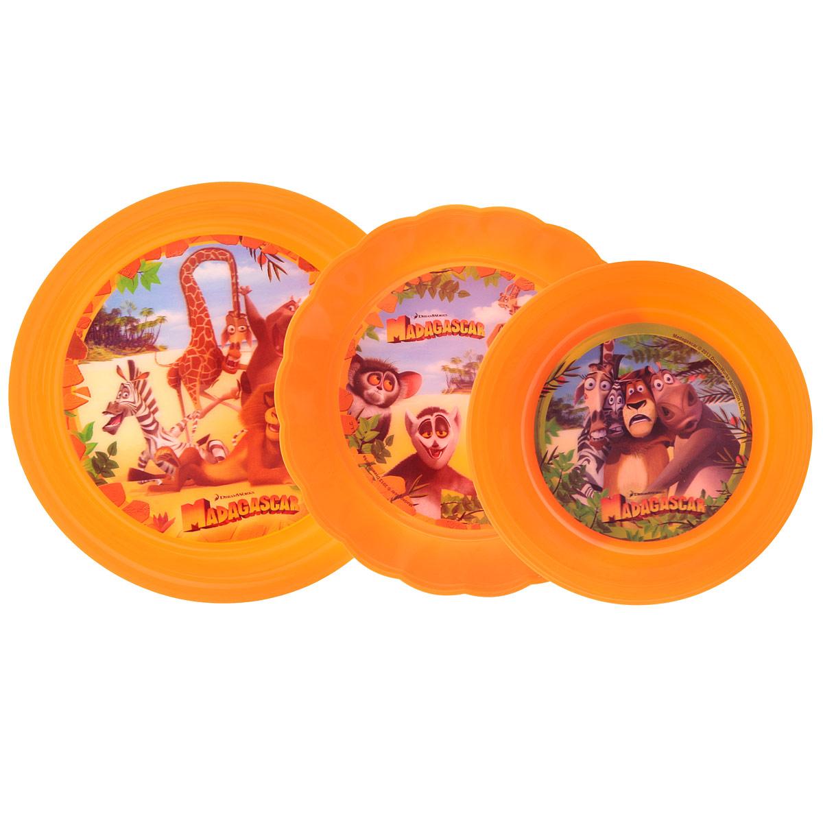 """Набор детской посуды """"Мадагаскар"""" состоит из 2 тарелок и миски. Изделия выполнены из прочного пищевого пластика и декорированы красочными 3D-изображениями персонажей из мультфильма """"Мадагаскар"""". Такой набор посуды прекрасно подойдет для самых маленьких. Посуда не разобьется, а веселые персонажи и объемные картинки вызовут интерес у ребенка. Не рекомендуется использовать в СВЧ и посудомоечной машине. Произведено по лицензии Dream Works. Диаметр тарелки: 19,5 см. Диаметр тарелки: 17,5 см. Высота стенки тарелки: 4 см. Диаметр миски: 14,5 см. Высота стенки миски: 5 см. Объем миски: 550 мл."""