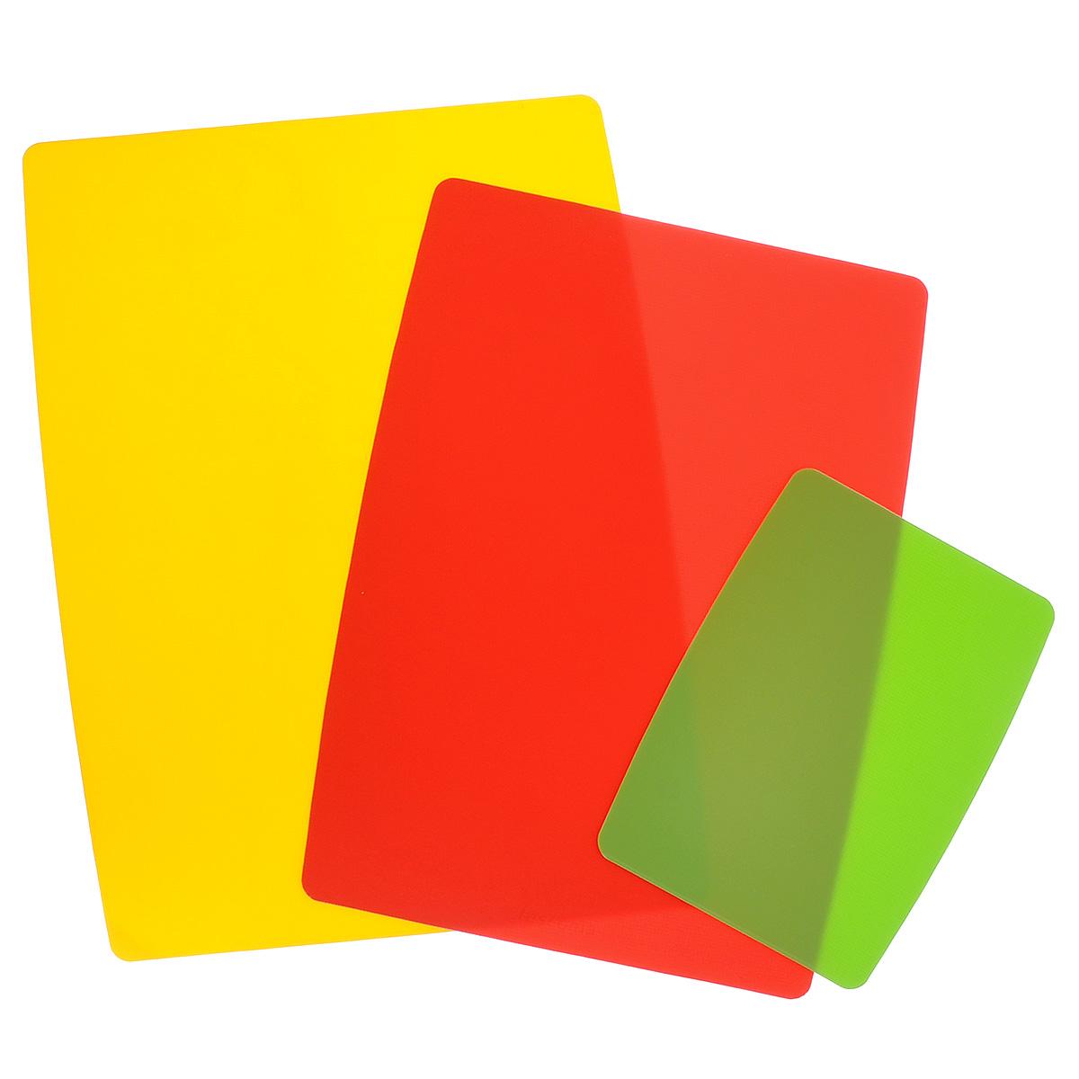 Доски разделочные Tescoma Presto, гибкие, цвет: желтый, красный, салатовый, 3 шт60047Гибкие разделочные доски Tescoma Presto прекрасно подходят для разделки всех видов пищевых продуктов. Они имеют слой для защиты от скольжения, благодаря которому прилегают к столу и не скользят. Изготовлены из гибкой пластмассы для удобства переноски и высыпания. Пригодны для посудомоечной машины.Размер большой доски: 40 х 28,5 см.Размер средней доски: 37 х 24,5 см.Размер маленькой доски: 25 х 15 см.