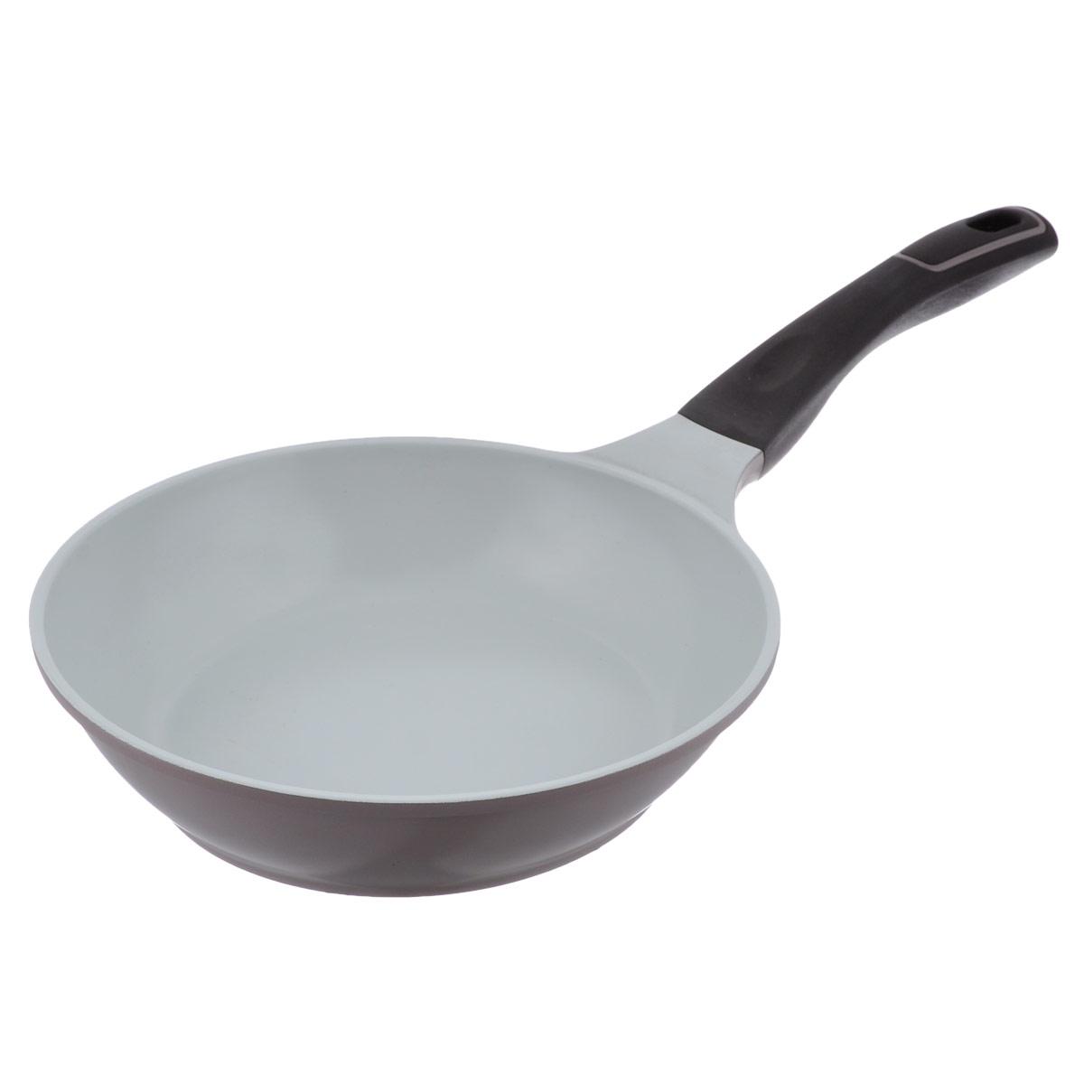 Сковорода Korkmaz Natura Plus, с керамическим покрытием, цвет: коричневый. Диаметр 24 см68/5/4Сковорода Korkmaz Natura Plus изготовлена из литого высокопрочного алюминия, который быстро нагревается до высокой температуры и равномерно распределяет тепло по всей поверхности. Высокая теплопроводность позволяет быстро готовить даже на медленном огне, а значит, витамины и полезные микроэлементы не разрушаются и остаются в пище, что делает ее здоровой и полезной. Добавление специализированной стали в дно позволяет использовать сковороду на индукционных плитах. Изделие имеет жаропрочное керамическое внутреннее и наружное покрытие: нагревается до +450°С, не выделяет токсичных паров при готовке, не содержит тяжелых металлов, таких как свинец и кадмий. Керамическое покрытие абсолютно экологично: не содержит тефлоновых составляющих PTFE и PFOA. Керамика чрезвычайно долговечна и устойчива к механическому воздействию - можно смело использовать металлические сервировочные приборы, а в случае повреждения поверхности - не беспокоиться о попадании в организм канцерогенных частиц (как при использовании обычного тефлона). При готовке на керамическом покрытии пища не пристает и не пригорает, а масла требуется вдвое меньше по сравнению с другими покрытиями, что позволяет приготовить здоровую, вкусную и полезную пищу без лишних жиров и оксидантов. Эргономичная удлиненная ненагревающаяся ручка из бакелита имеет оригинальное технологическое крепление к сковороде, она выдерживает температуру до +260°С, что позволяет использовать посуду в духовке. Специальный наклонный дизайн формы бортиков обеспечивает легкое переворачивание блюд и облегчает сервировку. Подходит для использования на всех типах плит, включая индукционные. Можно мыть в посудомоечной машине. Диаметр по верхнему краю: 24 см. Высота стенки: 5 см. Длина ручки: 21 см. Толщина стенки: 2 мм. Толщина дна: 3 мм.