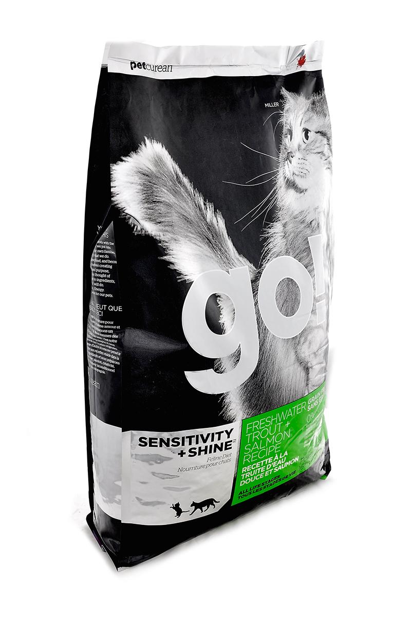 Корм сухой Go! для кошек и котят с чувствительным пищеварением, беззерновой, с форелью и лососем, 7,26 кг0120710Беззерновой сухой корм Go! для котят и кошек - это полностью сбалансированный корм из свежего мяса канадской пресноводной форели, лосося, сельди, приправленный картофелем, тыквой, шпинатом. Идеально подходит кошкам с чувствительным пищеварением, склонным к аллергиям и кошкам с длинной роскошной шерстью.Ключевые преимущества:- Форель, лосось, омега-масла в составе необходимы для здоровой кожи и блестящей шерсти, - Восхитительный вкус, приятный аромат,- Мелкие крокеты будут по вкусу самым привередливым кошкам, - Не содержит субпродуктов, красителей, говядины, мясных ингредиентов, выращенных на гормонах,- Таурин необходим для здоровья глаз и нормального функционирования сердечной мышцы,- Пробиотики и пребиотики обеспечивают здоровое пищеварение,- Омега-масла в составе необходимы для здоровой кожи и шерсти,- Антиоксиданты укрепляют иммунную систему.Состав: филе форели, свежее мясо лосося, свежее мясо сельди, натуральный рыбный ароматизатор, картофель, куриный жир (источник витамина Е), горошек, картофельная мука, масло лосося, тыква, морковь, бананы, черника, клюква, чечевица, брокколи, шпинат, творог, люцерна, ежевика, папайя, ананас, фосфорная кислота, хлорид натрия, хлорид калия, DL-метионин, таурин, холин хлорид, Lactobacillus, Enterococcusfaecium, Aspergillus, сухой корень цикория, L-лизин, витамины (витамин А, витамин D3, витамин Е, никотиновая кислота, инозит, L-аскорбил-2-полифосфатов (источник витамина С), тиамина мононитрат, D-пантотенат кальция, рибофлавин, пиридоксин гидрохлорид, бета-каротин, фолиевая кислота, биотин, витамин В12), минералы (цинка протеинат, железа протеинат, меди протеинат, оксид цинка, марганца протеинат, сульфат меди, йодаткальция, сульфат железа, оксид марганца, селенит натрия), экстракт юкка Шидигера, дрожжевой экстракт, сушеный розмарин.Гарантированный анализ: белки 48%, жиры 18%, клетчатка 1,5%, влажность 10%, зола 7,5%, фо