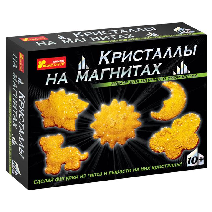 """С помощью набора Ranok """"Кристаллы на магнитах. Желтые кристаллы"""" ребенок может самостоятельно сделать 5 магнитов из гипса и вырастить на них сверкающие кристаллы! Хотите, чтобы на вашем холодильнике сверкали """"настоящие"""" кристаллы? Хотите сделать """"драгоценный"""" подарок, не прикладывая много усилий? Тогда набор для научного творчества """"Кристаллы на магнитах"""" - то, что вам нужно! И взрослые, и дети восхищаются драгоценными камнями. Только представьте, что у вас на холодильнике появятся магнитики, усыпанные переливающимися кристаллами! И эти кристаллы можно вырастить самостоятельно на обыкновенных фигурках из гипса. Создание такого чуда не займет много времени, зато доставит много радости. Эти """"драгоценные"""" магнитики можно не только повесить на своем холодильнике, но и подарить своим друзьям. Набор содержит все необходимое для создания оригинальных магнитиков: пластиковую форму для выливания фигурок, магниты, порошок для выращивания кристаллов, защитные перчатки, ложку,..."""