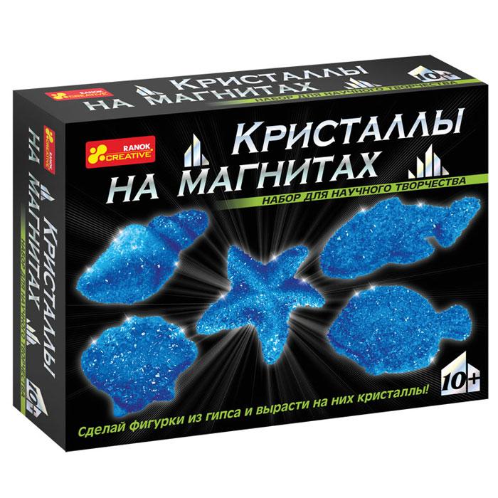 """С помощью набора Ranok """"Кристаллы на магнитах. Синие кристаллы"""" ребенок может самостоятельно сделать 5 магнитов из гипса и вырастить на них сверкающие кристаллы! Хотите, чтобы на вашем холодильнике сверкали """"настоящие"""" кристаллы? Хотите сделать """"драгоценный"""" подарок, не прикладывая много усилий? Тогда набор для научного творчества """"Кристаллы на магнитах"""" - то, что вам нужно! И взрослые, и дети восхищаются драгоценными камнями. Только представьте, что у вас на холодильнике появятся магнитики, усыпанные переливающимися кристаллами! И эти кристаллы можно вырастить самостоятельно на обыкновенных фигурках из гипса. Создание такого чуда не займет много времени, зато доставит много радости. Эти """"драгоценные"""" магнитики можно не только повесить на своем холодильнике, но и подарить своим друзьям. Набор содержит все необходимое для создания оригинальных магнитиков: пластиковую форму для выливания фигурок, магниты, порошок для выращивания кристаллов, защитные перчатки, ложку,..."""