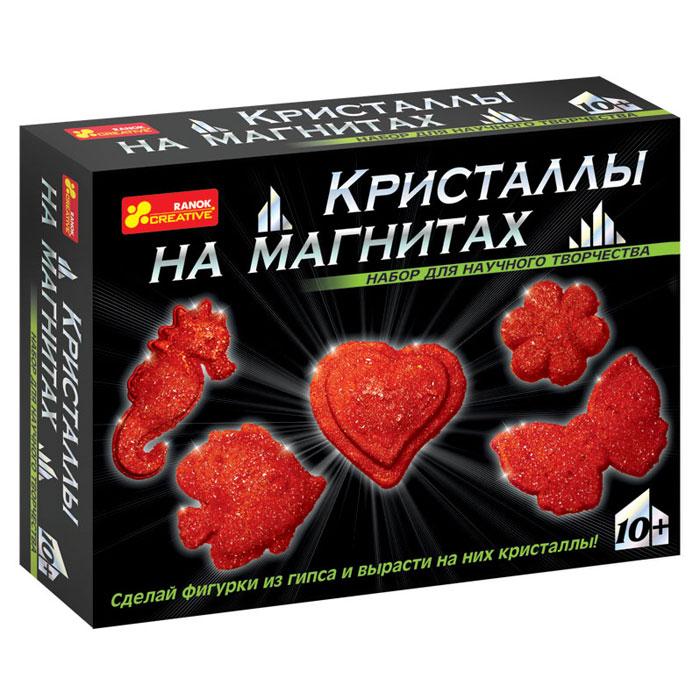 """С помощью набора Ranok """"Кристаллы на магнитах. Красные кристаллы"""" ребенок может самостоятельно сделать 5 магнитов из гипса и вырастить на них сверкающие кристаллы! Хотите, чтобы на вашем холодильнике сверкали """"настоящие"""" кристаллы? Хотите сделать """"драгоценный"""" подарок, не прикладывая много усилий? Тогда набор для научного творчества """"Кристаллы на магнитах"""" - то, что вам нужно! И взрослые, и дети восхищаются драгоценными камнями. Только представьте, что у вас на холодильнике появятся магнитики, усыпанные переливающимися кристаллами! И эти кристаллы можно вырастить самостоятельно на обыкновенных фигурках из гипса. Создание такого чуда не займет много времени, зато доставит много радости. Эти """"драгоценные"""" магнитики можно не только повесить на своем холодильнике, но и подарить своим друзьям. Набор содержит все необходимое для создания оригинальных магнитиков: пластиковую форму для выливания фигурок, магниты, порошок для выращивания кристаллов, защитные перчатки, ложку,..."""
