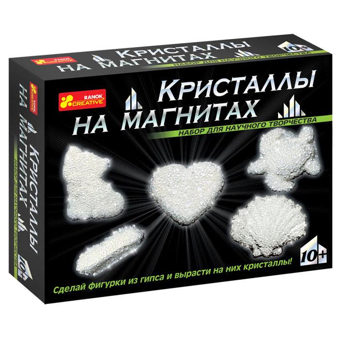 """С помощью набора Ranok """"Кристаллы на магнитах. Белые кристаллы"""" ребенок может самостоятельно сделать 5 магнитов из гипса и вырастить на них сверкающие кристаллы! Хотите, чтобы на вашем холодильнике сверкали """"настоящие"""" кристаллы? Хотите сделать """"драгоценный"""" подарок, не прикладывая много усилий? Тогда набор для научного творчества """"Кристаллы на магнитах"""" - то, что вам нужно! И взрослые, и дети восхищаются драгоценными камнями. Только представьте, что у вас на холодильнике появятся магнитики, усыпанные переливающимися кристаллами! И эти кристаллы можно вырастить самостоятельно на обыкновенных фигурках из гипса. Создание такого чуда не займет много времени, зато доставит много радости. Эти """"драгоценные"""" магнитики можно не только повесить на своем холодильнике, но и подарить своим друзьям. Набор содержит все необходимое для создания оригинальных магнитиков: пластиковую форму для выливания фигурок, магниты, порошок для выращивания кристаллов, защитные перчатки, ложку,..."""