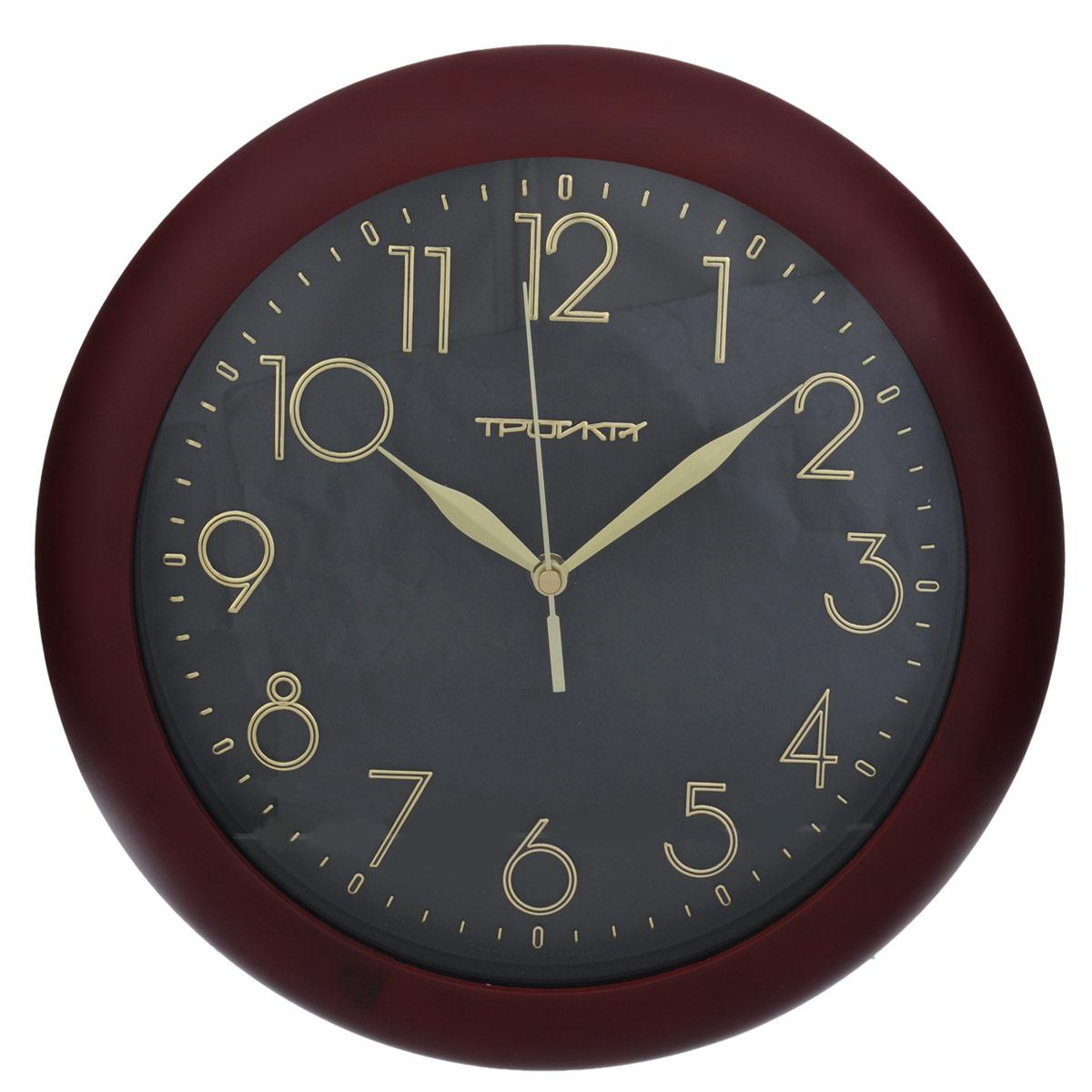 Часы настенные Troyka, цвет: черный, вишневый. 1116218011162180Настенные кварцевые часы с классическим дизайном Troyka, изготовленные из пластика, прекрасно подойдут под интерьер вашего дома. Круглые часы имеют три стрелки: часовую, минутную и секундную, циферблат защищен прозрачным пластиком.Диаметр часов: 30 см.Часы работают от 1 батарейки типа АА напряжением 1,5 В (входит в комплект).