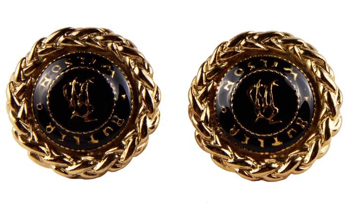 Винтажные клипсы класса Lux отButler & Wilson B& W Black. Ювелирный сплав, лак, эмаль. Butler & Wilson, Великобритания, середина ХХ векаСерьги с подвескамиВинтажные клипсы класса Lux отButler & Wilson  B& W Black. Ювелирный сплав, лак, эмаль.Butler & Wilson, Великобритания, середина ХХ века. Размер 3,5 х 3,5 см . Сохранность хорошая. Клеймо Butler & Wilson в круглом картуше на обороте клипсы, что говорит оподлинности изделия.Подлинность изделия можно определить по каталогам компании Butler & Wilson. Уникальное коллекционное украшение.Клипсы ювелиров дома Butler & Wilson ни с чем нельзя спутать. Ювелирный сплав цвета античное золото, вензеля компании в центральной части клипсы - все говорит о непревзойденном качестве изделия. Прекрасное украшение для Вас. Компания Butler & Wilson была основана двумя Лондонскими антикварами в конце 60-х годов ХХ века.К именитым поклонникам марки относилась и принцесса Диана. В бижутерии Butler & Wilson используются исключительно лучшие кристаллы и редкие камни необычных форм.Украшения марки участвуют в рекламе ведущих модных изданий по всему миру.Марка Butler & Wilson так же знаменита в Англии, как KJL в Америке. Винтажные украшения от Butler & Wilson являются очень дорогими иколлекционируемыми.