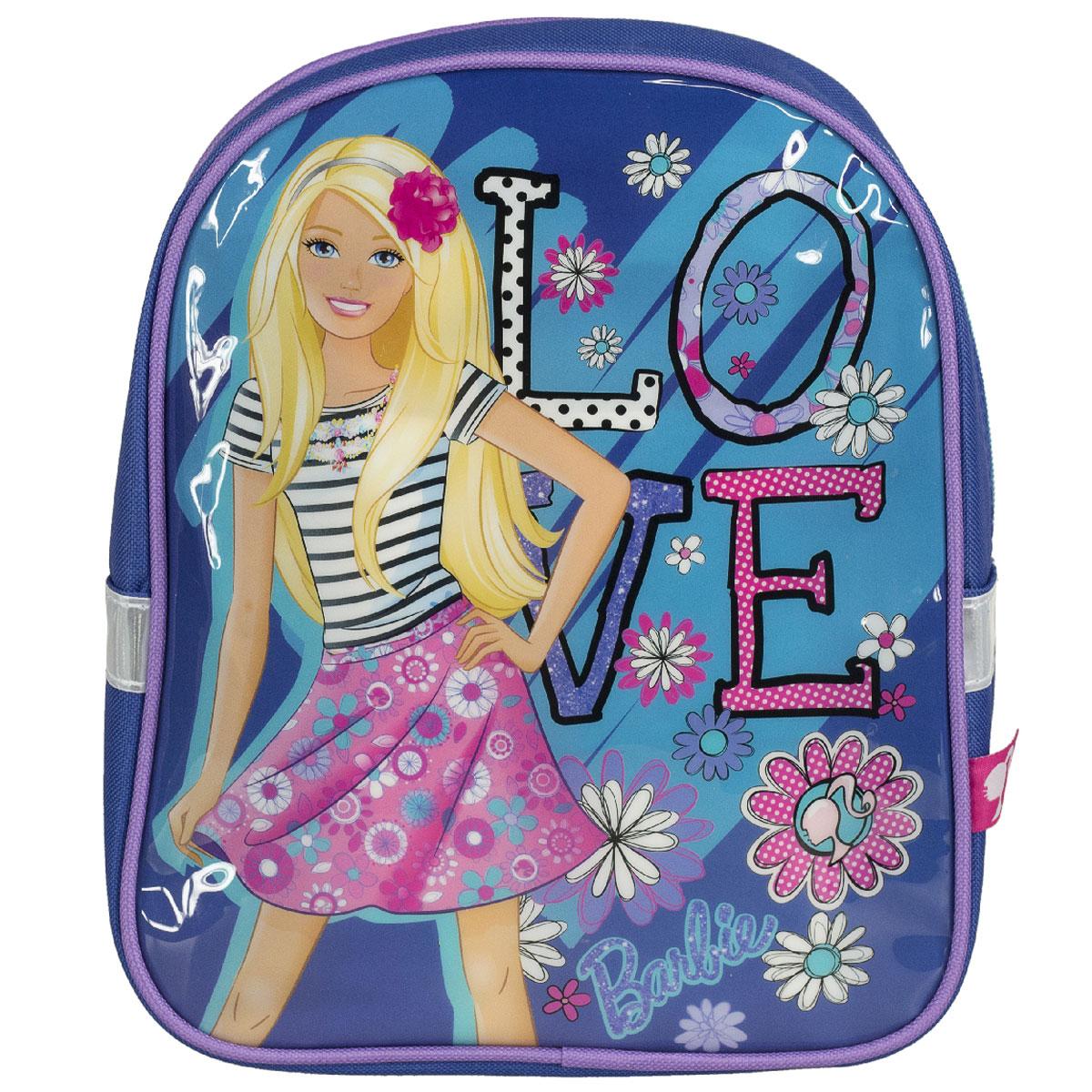 Рюкзак детский Barbie, цвет: синий. BRCB-UT4-521730396Детский рюкзак Barbie - это незаменимая вещь для прогулок и повседневных дел, в нем можно разместить самые важные вещи. Пусть у вашего ребенка тоже будет свой собственный рюкзак. Выполнен из прочных и безопасных материалов. Передняя панель украшена ярким изображением куклы Барби. У модели одно вместительное отделение на застежке-молнии. Широкие лямки можно свободно регулировать по длине в зависимости от роста ребенка. Рюкзак оснащен текстильной ручкой для переноски в руке. Светоотражающие элементы обеспечивают безопасность в темное время сутокРекомендуемый возраст: от 7 лет.