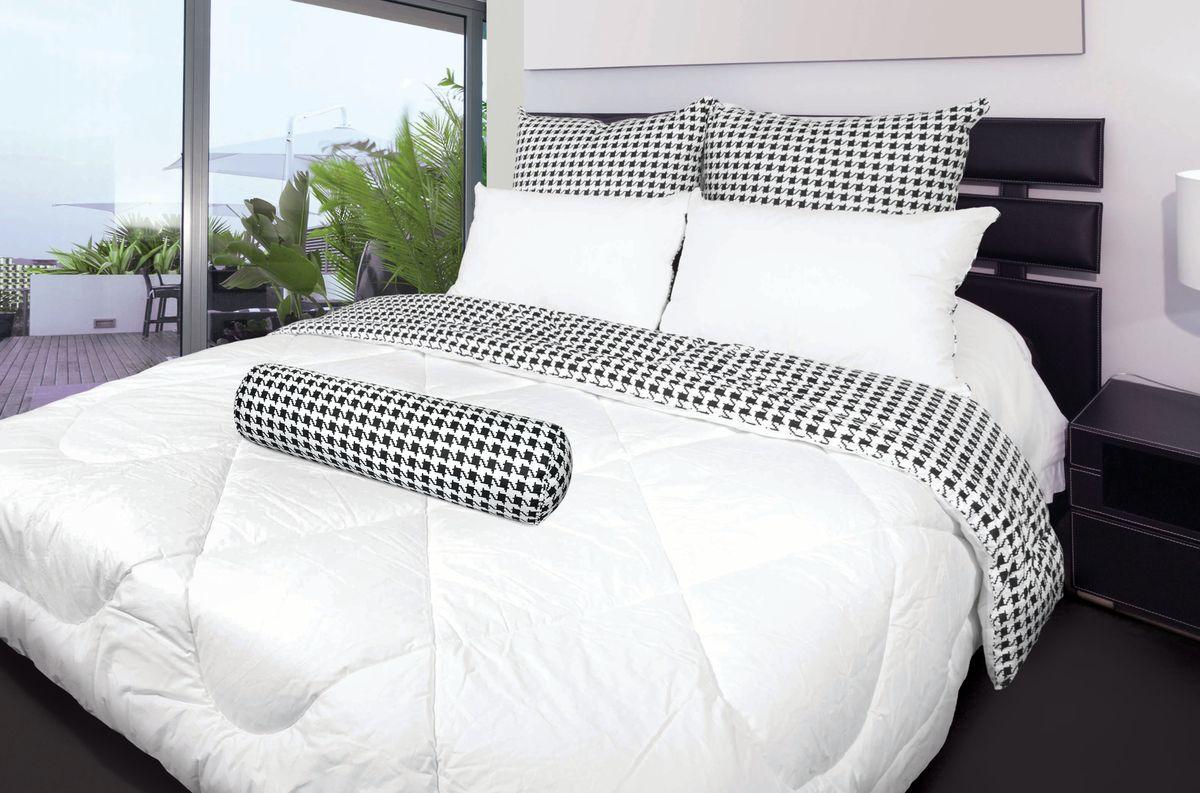 Комплект для спальни Fashion Fantasy, 2 предмета. 218220WUB 5647 weisКомплект для спальни Fashion Fantasy состоит из 1,5-спального одеяла и декоративного валика-подушки. Одеяло невероятно мягкое, теплое и нежное. Верх выполнен из плотного перкаля, внутри - объемный наполнитель из сверхтонкого полиэстерового волокна, обладающего всеми свойствами натурального пуха. Одеяло простегано и окантовано. Стежка равномерно удерживает наполнитель внутри. Декоративный валик-подушка снабжен молнией. Одеяло и валик декорированы модным принтом гусиная лапка. Такой комплект стильно дополнит интерьер вашей спальни. Спальные принадлежности Fashion Fantasy разработаны для креативных людей, следящих за модными тенденциями, ценящих инновационные высокотехнологичные материалы, стремящихся окружать себя красивыми и стильными вещами. Ткань верха: перкаль (100% хлопок). Наполнитель: искусственный лебяжий пух (100% полиэстер). Плотность наполнителя одеяла: 300 гр/м2. Масса наполнителя валика: 1200 г. Размер валика: 20 см х 60 см х 20.Размер одеяла: 145 см х 205 см.