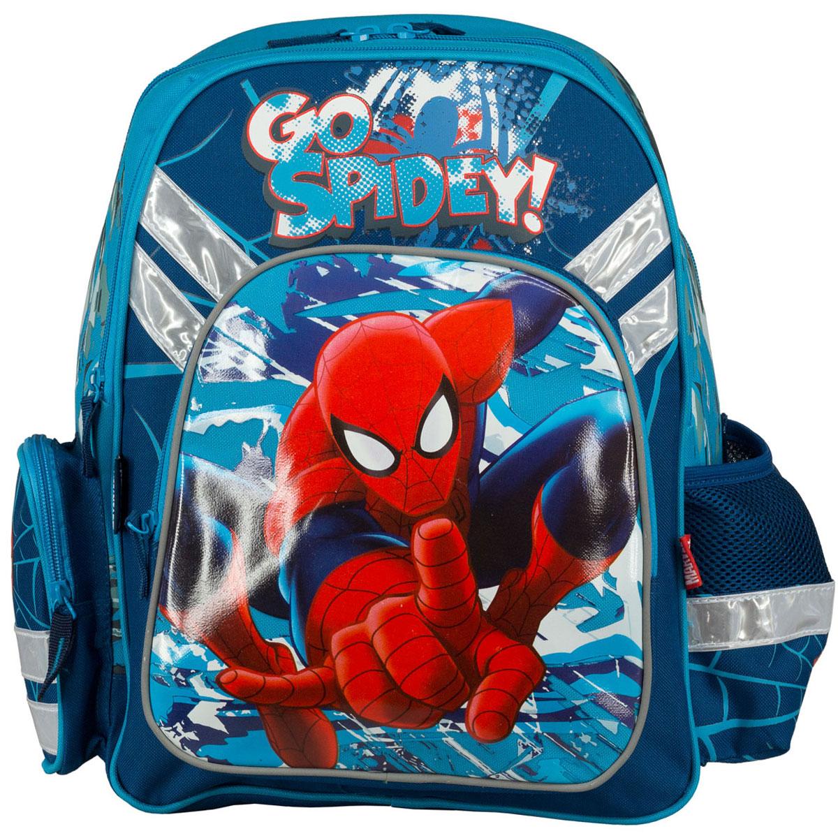 Рюкзак школьный Spider-Man, цвет: темно-синий, голубой. SMCB-MT1-962172523WDРюкзак школьный Spider-Man обязательно понравится вашему школьнику. Выполнен из прочных и высококачественных материалов, дополнен изображением Человека-паука.Содержит два вместительных отделения, закрывающиеся на застежки-молнии. В большом отделении находятся две перегородки для тетрадей или учебников. Дно рюкзака можно сделать жестким, разложив специальную панель с пластиковой вставкой, что повышает сохранность содержимого рюкзака и способствует правильному распределению нагрузки. Лицевая сторона оснащена накладным карманом на молнии. По бокам расположены два накладных кармана: на застежке-молнии и открытый, стянутый сверху резинкой. Специально разработанная архитектура спинки со стабилизирующими набивными элементами повторяет естественный изгиб позвоночника. Набивные элементы обеспечивают вентиляцию спины ребенка. Плечевые лямки анатомической формы равномерно распределяют нагрузку на плечевую и воротниковую зоны. Конструкция пряжки лямок позволяет отрегулировать рюкзак по фигуре. Рюкзак оснащен эргономичной ручкой для удобной переноски в руке. Светоотражающие элементы обеспечивают безопасность в темное время суток.Многофункциональный школьный рюкзак станет незаменимым спутником вашего ребенка в походах за знаниями.Вес рюкзака без наполнения: 700 г. Рекомендуемый возраст: от 12 лет.