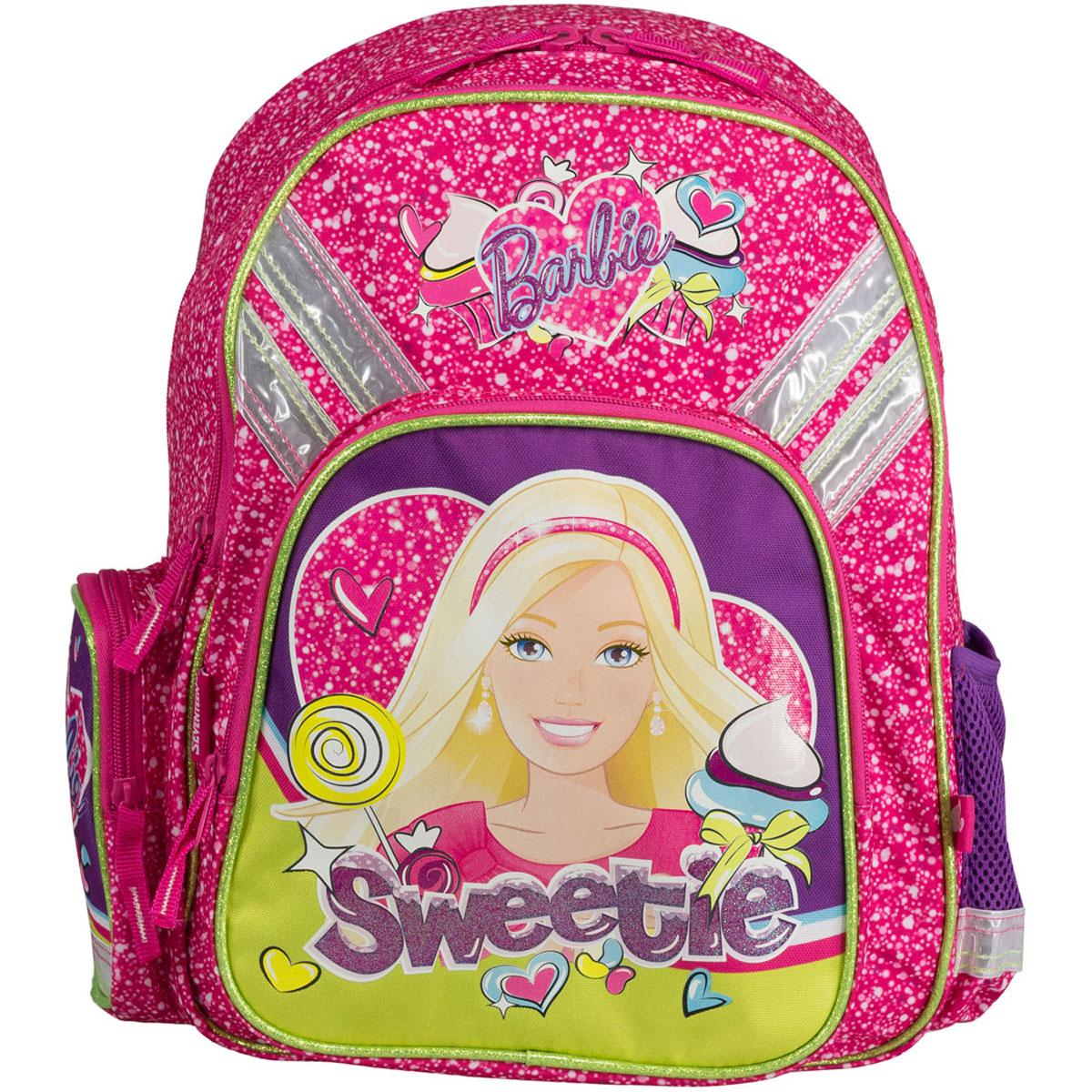 Набор школьницы Barbie. BRCS-UT1-51BOX72523WDВашему вниманию предлагается все самое необходимое для школьника в одном наборе. В состав набора входит рюкзак, пенал, фартук, сумка-рюкзак для обуви и кошелек, выполненные в одном стиле.Школьный ранец выполнен из износоустойчивых материалов с водонепроницаемой основой, декорирован аппликацией и рисунками в тематике куклы Барби.Ранец имеет два основных отделения, закрывающиеся на молнию. Внутри главного отделения расположены два разделителя, для тетрадей и учебников. На лицевой стороне ранца расположен накладной карман на молнии. По бокам ранца размещены два дополнительных накладных кармана, один открытый на резинке и один на застежке-молнии. Ортопедическая спинка, созданная по специальной технологии из дышащего материала, равномерно распределяет нагрузку на плечевые суставы и спину. Удлиненные держатели облегчают фиксацию длины ремней с мягкими подкладками. Ранец оснащен удобной ручкой для переноски и двумя широкими лямками, регулируемой длины.Пенал мягкий с одним отделением на молнии. Размер пенала: 21 х 10 х 6. Сумка-рюкзак для обуви с одним отделением. Сумка выполнена из прочного водонепроницаемого полиэстера и содержит одно вместительное отделение, затягивающееся с помощью текстильных шнурков. Шнурки фиксируются в нижней части сумки, благодаря чему ее можно носить за спиной как рюкзак. Размер сумки: 41 х 34. Кошелек-портмоне на липучке с одним отделением для купюр и кармашком на молнии. Кошелек дополнен текстильным шнурком. Размеры кошелька в сложенном виде: 10 х 10 х 1,5. Фартук для уроков рисования выполнен из водонепроницаемого материала и имеет удобные текстильные завязки. Размер фартука: 50 х 44.