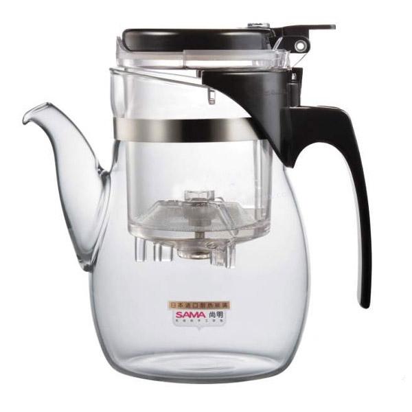 Чайник заварочный SAMADOYO B-06, 600 млFS-91909Заварочный чайник B-06 – простой и в тоже время профессиональный инструмент для того, чтобы заварить ваш любимый чай. Уникальный механизм слива чайного настоя позволяет Вам получить напиток любой степени крепости.Такая технология заваривания чая повторяет основной смысл чайной церемонии – получить напиток максимального качества. Однако имеет перед ней два существенных преимущества - мобильность и простоту.Чайник можно не только с комфортно использовать на работе или в офисе, но и взять с собой в путешествие, чтобы ваш любимый чай был всегда с вами! Чайник выполнен из высококачественного боросиликатного стекла и выдерживает температуры до 180 С, что позволяет не беспокоиться относительно слишком горячего кипятка.Заварочная колба выполнена из специального пищевого пластика, имеет металлическую сеточку-фильтр, предотвращающий попадание чаинок в настой, а специальный запатентованный клапан сливает все без остатка в кружку. Колбу по необходимости можно купить отдельно.Несколько преимуществ именно этого чайника:•Чай не лежит долго в горячей воде, а значит, сохраняет свои свойства• Кнопка слива позволяет получить напиток любой степени крепости• Чайный настой всегда однородный и всегда вкусный• В таком чайнике хороший чай заваривается до 15 раз• Чайник легко моется и долго остается исключительно чистым• Заменяемая колба – экономия ваших денег• Чайник очень легкий – его можно брать в поездкиОбъем чайника: 600 мл.Объем колбы: 150мл.