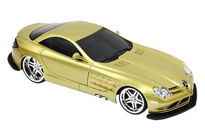 """Радиоуправляемая модель """"Мерседес-Бенц SLR McLaren"""" стильного золотистого цвета, является точной уменьшенной копией настоящего автомобиля. Машинка при помощи пульта управления движется вперед, дает задний ход, поворачивает влево и вправо, останавливается. С помощью пульта управления также можно контролировать свет передних и задних фар (выключение, ближний свет, дальний свет). Шины модели выполнены из резины. Машина развивает хорошую скорость и обладает высокой стабильностью движения, что позволяет полностью контролировать процесс, управляя уверенно и без суеты. Пульт управления имеет три частоты, что позволяет одновременно управлять 2-3 моделями. Такая модель станет отличным подарком не только любителю автомобилей, но и человеку, ценящему оригинальность и изысканность, а качество исполнения представит такой подарок в самом лучшем свете."""