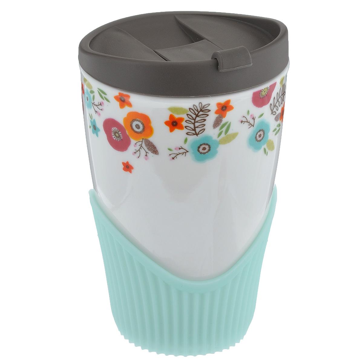 Кружка Frybest Spring, 410 мл115510Кружка Frybest Spring выполнена из высококачественного фарфора и украшена ярким цветочным рисунком. Имеется пластиковая крышка с питьевым клапаном, который легко открывается и закрывается нажатием одного пальца. Внизу имеется силиконовый ободок за который будет удобно держать кружку. Теперь вы можете наслаждаться своим любимым холодным или горячим напитком в любом месте. Не подвергайте кружку термошоку, резкая перемена температуры может стать причиной трещин. Можно мыть в посудомоечной машине на верхней полке. Объем: 410 мл. Высота кружки (без учета крышки): 13 см. Диаметр по верхнему краю: 8 см.