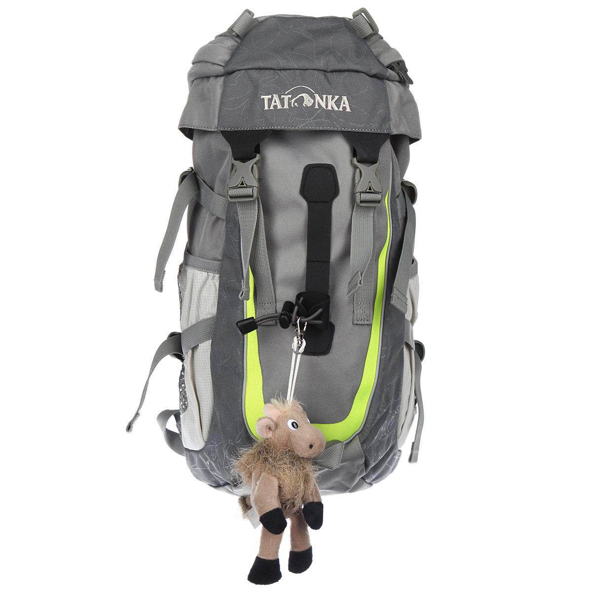 Детский рюкзак Tatonka Mowgli, цвет: серый. 1806.04367742Настоящий трекинговый рюкзак Tatonka Mowgli для детей старше 6 лет. По оснащению Mowgli ни в чем не уступает взрослым трекинговым рюкзакам. Система подвески и спинка с мягкой подкладкой специально разработаны с учетом детской анатомии. Рюкзак состоит из одного отделения, которое затягивается шнурком и закрывается на клапан с пластиковыми карабинами. С внутренней и внешней стороны клапана есть врезные кармашки на застежке-молнии. На лицевой стороне рюкзак дополнен подвеской-игрушкой с логотипом Tatonka. По бокам имеются два открытых кармана, которые можно затянуть удобными ремешками. Так же по бокам по бокам рюкзак дополнен стяжками. Имеются нагрудный и поясной ремни, петля для закрепления палок. Уплотненная спинка равномерно распределяет нагрузку на плечевые суставы и спину, а две широкие лямки можно регулировать по длине.