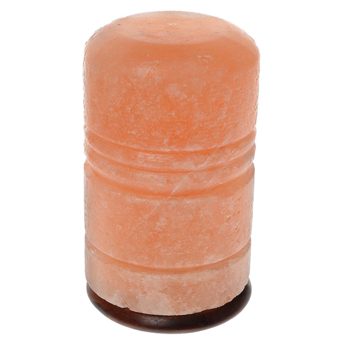 Солевая лампа Zenet Римский столб, 3-5 кг44200-2WСолевая лампа Zenet - это уникальный прибор, который станет изюминкой вашего интерьера, благотворно повлияет на организм и очистит воздух в помещении. Материал плафона лампы - натуральная каменная соль из Пакистана (самая древняя на планете). Внутри расположена обычная электрическая лампа мощностью 15 ватт. Будучи включенной, лампочка нагревает окружающий ее кристалл, благодаря чему в помещении ощутимо увеличивается количество отрицательных ионов, благотворно влияющих на самочувствие и здоровье человека. Таким образом, солевая лампа является естественным ионизатором воздуха. При этом благородный красноватый оттенок кристалла создает очень теплое, загадочное свечение. Благодаря особенностям строения кристаллической решетки соль нейтрализует вредное влияние электромагнитного излучения, производимого работой бытовой и промышленной техники. Солевая лампа благотворно влияет на здоровье, укрепляет иммунитет и повышает жизненный тонус, гармонизирует психику. Кристаллическая соль значительно помогает в лечении многих болезней. Биоэнерготерапевты и литотерапевты рекомендуют оздоравливающее влияние кристаллов соли, чтобы поддержать лечение аллергии, системных респираторных и кровяных болезней. Они часто используются при лечении ревматизма. Лечебные особенности соли были доказаны тем, что рабочие в соляных шахтах очень редко страдают системными заболеваниями воздушных дыхательных путей. Изделие работает от сети 220 В. Переключатель расположен на шнуре. Напряжение: 220 В. Максимальная мощность: 15 Вт. Тип патрона: Е14.Высота лампы: 21 см. Диаметр подставки: 12 см. Высота подставки: 2 см. Длина шнура: 190 см. Вес: 3-5 кг.