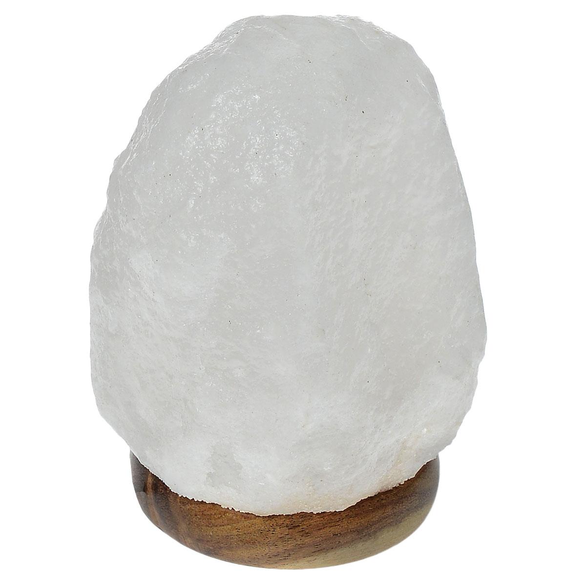 Лампа солевая Zenet Скала. 700a030077Лампа Zenet Скала, изготовленная из природной каменной соли, работает от USB-порта. Материал плафона лампы - натуральная гималайская соль из Пакистана. Соль в холодном состоянии обладает способностью поглощать влагу из воздуха, а при нагреве выделять влагу. Источником света в лампе служит электрическая лампочка (входит в комплект). Изделие имеет деревянную подставку.Солевая лампа станет не только прекрасным элементом интерьера, но и мягким природным ионизатором, который принесет в ваш дом красоту, гармонию и здоровье. Преимущества очищения воздуха каменной солью:- облегчение головной боли при мигрени, - повышение уровня серотонина в крови, - уменьшение тяжести приступов астмы, - укрепление иммунной системы и снижение уязвимости к простуде и гриппу.