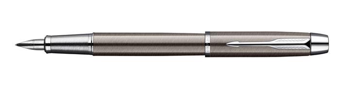 Parker Ручка перьевая IM Gun Metal CT730396Строгий стиль, в котором выполнена ручка, привлекает широкую публику ценителей марки Parker.Тип: Перьевая ручка со съемным колпачком.Перо: Легированная сталь.Отделка пера: Легированная сталь.Толщина пишущего узла: Тонкая (F).Цвет картриджа в комплекте: Черный.Корпус: Латунь с лаковым покрытием.Отделка: Полированный металл / Хром.Цвет: Пушечная сталь / Серебряный.Особенности: Заправляется чернильными картриджами, а также может быть заправлена чернилами из флакона при помощи стандартного поршневого конвертора или конвертора Parker De Luxe.Размеры: 15,3 х 1,52 см.Комплектация: Ручка, чернильный картридж, подарочная упаковка, инструкция по эксплуатации с гарантийным талоном.Международная гарантия производителя: Два (2) года со дня покупки.