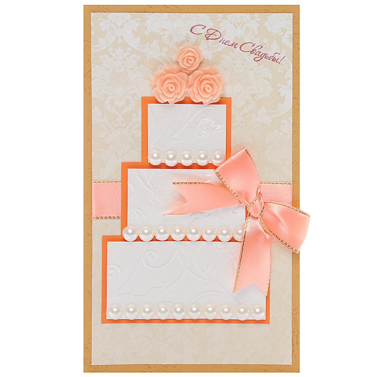 Открытка-конверт С Днем Свадьбы!. Студия Тетя РозаSvS10-001Открытка выполнена из высокохудожественного картона, выполнена в виде трехъярусного торта, украшена нежной персиковой лентой, пластиковыми бусами и тремя розочками ручной работы. Может стать как прекрасным дополнением к вашему подарку, так и самостоятельным подарком, так как открытка одновременно является и конвертом, в который вы можете вложить ваш денежный подарок или подарочный сертификат, или же просто написать ваши пожелания на вкладыше.Открытки ручной работы от студии Тетя Роза отличаются своим неповторимым и ярким стилем. Каждая уникальна и выполнена вручную мастерами студии. Открытка упакована в пакетик для сохранности. Обращаем ваше внимание на то, что открытка может незначительно отличаться от представленной на фото.
