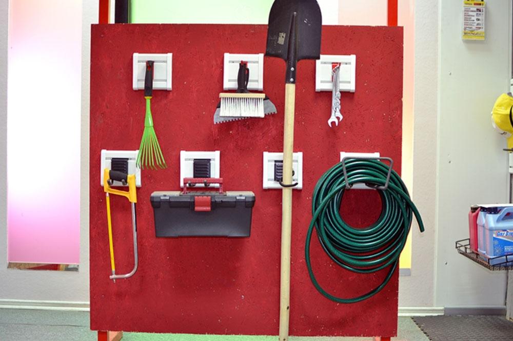 Система хранения вещей Гаррус Оптима, 12 предметов80621Система хранения вещей Гаррус Оптима предназначена для хранения различных предметов в гараже, на даче, в подсобных помещениях. С помощью крючков сможете развесить все садовые, дачные принадлежности, а также инструменты. В комплект входит: - крюк малый - оптимальное решение для хранения различных вещей, таких как одежда, различный инструмент и садовый инвентарь, 1 шт; - крюк длинный - надежный универсальный крюк для хранения вещей с подвесами, 2 шт; - двойной длинный крюк - удлиненная форма крюка позволяет располагать на нем сразу несколько предметов, 1 шт; - крюк S-образный - идеально подходит для хранения садового инвентаря, 2 шт; - крюк средний - надежный универсальный крюк подходит для хранения различных вещей, снабженных подвесами, 2 шт; - крюк двойной - подходит для хранения одежды, садового инвентаря и инструментов, 1 шт; - J-крюк малый - идеально подходит для хранения различных вещей: садового, спортивного инвентаря, инструментов, 1 шт; - универсальный крюк - идеально подходит для хранения различных вещей: садового инвентаря, инструментов, 2 шт. Преимущества: - легкий и быстрый монтаж, - надежная система крепления, - травмобезопасное покрытие, - усиленный каркас крюков. Используя такую систему, вы можете самостоятельно организовать свое пространство для хранения.