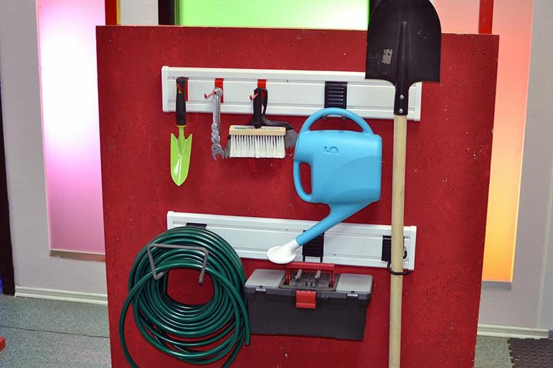 Система хранения вещей Гаррус Универсал, 13 предметовГР-064Система хранения вещей Гаррус Универсал предназначена для хранения различных предметов в гараже, на даче, в подсобных помещениях. Основа хранения - настенная панель, к которой крепятся разнообразные крючки. С их помощью вы сможете развесить все садовые, дачные принадлежности, а также инструменты. В комплект входит: - крюк малый - оптимальное решение для хранения различных вещей, таких как одежда, различный инструмент и садовый инвентарь, 1 шт; - крюк двойной - подходит для хранения одежды, садового инвентаря и инструментов, 1 шт; - двойной длинный крюк - удлиненная форма крюка позволяет располагать на нем сразу несколько предметов, 1 шт; - крюк средний - надежный универсальный крюк подходит для хранения различных вещей, снабженных подвесами, 1 шт; - крюк для тяжелого инструмента - идеально подходит для хранения различных вещей: садового инвентаря, шлангов, удлинителей, а также для подвески лестниц, 1 шт; - стеновая панель - 142 х 600 мм, 2 шт; - крюк длинный - надежный универсальный крюк для хранения вещей с подвесами, 1 шт; - крюк S-образный - идеально подходит для хранения садового инвентаря, 1 шт; - заглушки для стеновых панелей - подходят для всех крючков и корзин системы хранения Гаррус, 4 шт. Преимущества: - легкий и быстрый монтаж, - надежная система крепления, - травмобезопасное покрытие, - усиленный каркас крюков. Используя такую систему, вы можете самостоятельно организовать свое пространство для хранения.