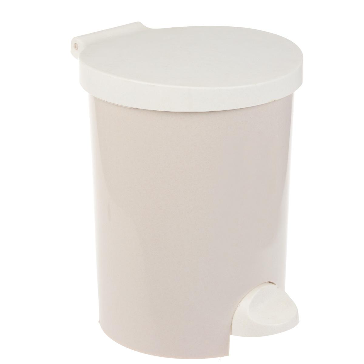 Контейнер для мусора Curver, с педалью, цвет: бежевый, 15 л531-105Контейнер для мусора Curver изготовлен из высококачественного пластика. Контейнер оснащен педалью, с помощью которой можно открыть крышку. Закрывается крышка бесшумно, плотно прилегает, предотвращая распространение запаха. Бороться с мелким мусором станет легко. Внутри ведро с ручкой, которое при необходимости можно достать из контейнера. Благодаря лаконичному дизайну такой контейнер идеально впишется в интерьер и дома, и офиса.