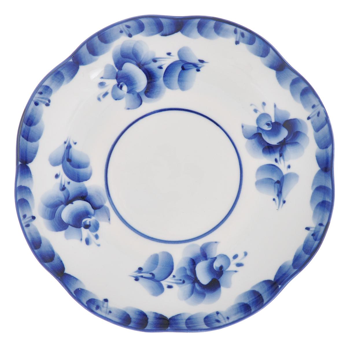 Блюдце Улыбка, диаметр 17,5 см115510Блюдце Улыбка, изготовленное из высококачественной керамики, предназначено для красивой сервировки стола. Блюдце оформлено оригинальной гжельской росписью. Прекрасный дизайн изделия идеально подойдет для сервировки стола.Обращаем ваше внимание, что роспись на изделиях выполнена вручную. Рисунок может немного отличаться от изображения на фотографии. Диаметр: 17,5 см. Высота блюдца: 2,5 см.