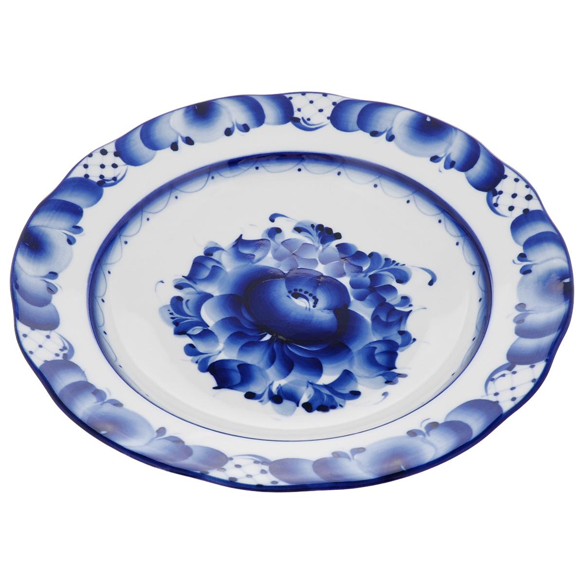 Тарелка суповая Дубок, цвет: синий, белый, диаметр 24 см54 009312Тарелка суповая Дубок, изготовленная из высококачественного фарфора, предназначена для красивой сервировки стола. Тарелка оформлена оригинальной гжельской росписью.Диаметр: 24 см. Высота тарелки: 4,5 см.