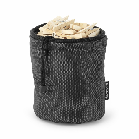 Мешок для прищепок Brabantia09840-20.000.00Мешок для прищепок Brabantia, изготовленный из высококачественного текстиля, позволит хранить все прищепки в одном месте, благодаря чему они всегда будут под рукой. Мешок вмещает до 150 прищепок и удобно крепится к уличной сушилке или на пояс. Прочный и долговечный мешок затягивается специальным шнуром, благодаря чему ваши прищепки всегда чистые и сухие.