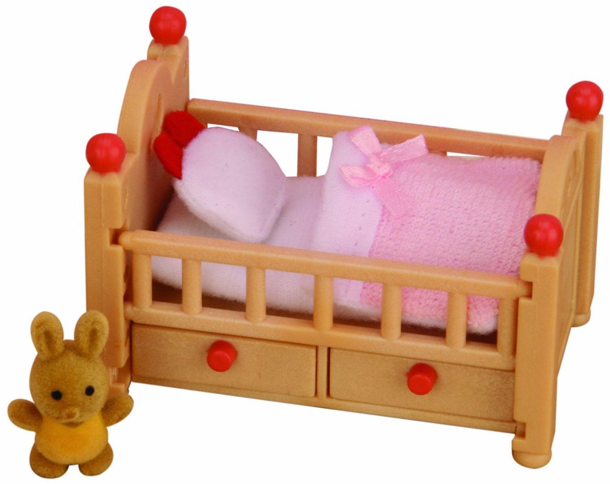 """Игровой набор """"Детская кроватка"""" привлечет внимание вашего ребенка и станет отличным подарком для поклонников жителей чудесной страны Sylvanian Families. В комплект входит кроватка с ящичками, постельные принадлежности и игрушка. Компания была основана в 1985 году, в Японии. """"Sylvanian Families"""" очень популярен в Европе и Азии, и, за долгие годы существования, компания смогла добиться больших успехов. 3 года подряд в Англии бренд """"Sylvanian Families"""" был признан """"Игрушкой Года"""". Сегодня у героев """"Sylvanian Families"""" есть собственное шоу, полнометражный мультфильм и сеть ресторанов, работающая по всей Японии. """"Sylvanian Families"""" - это целый мир маленьких жителей, объединенных общей легендой. Жители страны """"Sylvanian Families"""" - это кролики, белки, медведи, лисы и многие другие. У каждого из них есть дом, в котором есть все необходимое для счастливой жизни. В городе, где живут герои, есть школа, больница, рынок, пекарня, детский сад и множество других..."""