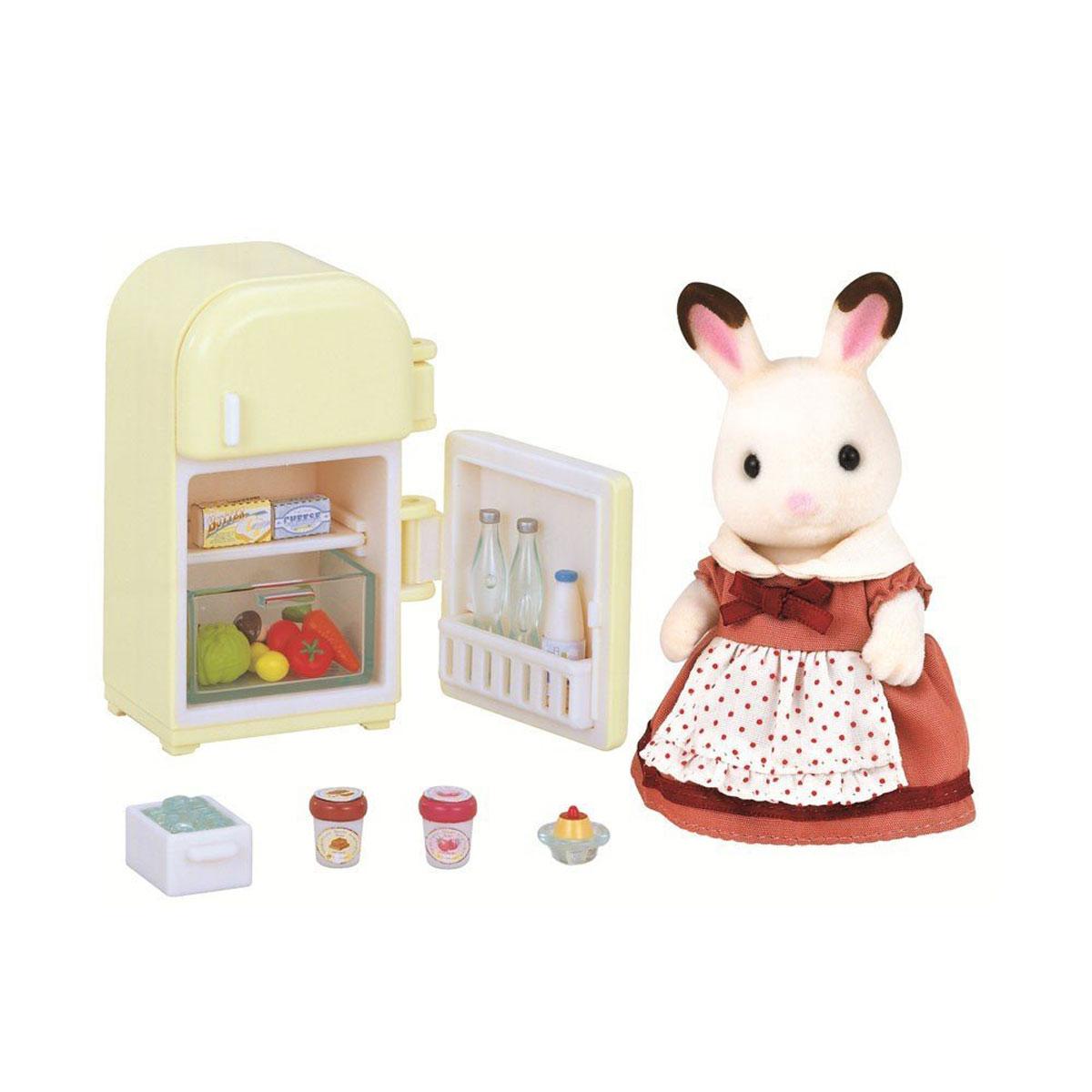 """Игровой набор """"Мама кролик и холодильник"""" привлечет внимание вашего ребенка и станет отличным подарком для поклонников жителей чудесной страны Sylvanian Families. В комплект входит фигурка кролика, холодильник и продукты. Компания была основана в 1985 году, в Японии. """"Sylvanian Families"""" очень популярен в Европе и Азии, и, за долгие годы существования, компания смогла добиться больших успехов. 3 года подряд в Англии бренд """"Sylvanian Families"""" был признан """"Игрушкой Года"""". Сегодня у героев """"Sylvanian Families"""" есть собственное шоу, полнометражный мультфильм и сеть ресторанов, работающая по всей Японии. """"Sylvanian Families"""" - это целый мир маленьких жителей, объединенных общей легендой. Жители страны """"Sylvanian Families"""" - это кролики, белки, медведи, лисы и многие другие. У каждого из них есть дом, в котором есть все необходимое для счастливой жизни. В городе, где живут герои, есть школа, больница, рынок, пекарня, детский сад и множество других полезных..."""
