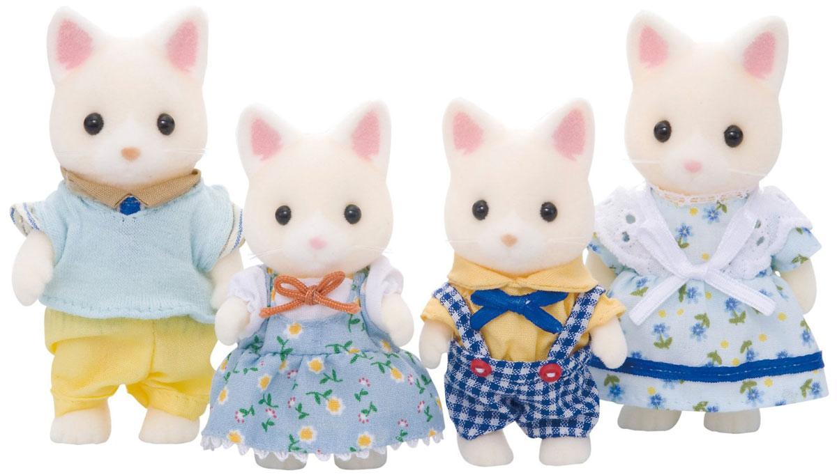 """Игровой набор """"Семья кошек"""" состоит из четырех фигурок забавных котиков: мамы, папы, дочки и сына. Такая семья непременно понравится вашему малышу, и он сможет придумывать для них свои истории. Компания была основана в 1985 году, в Японии. """"Sylvanian Families"""" очень популярен в Европе и Азии, и, за долгие годы существования, компания смогла добиться больших успехов. 3 года подряд в Англии бренд """"Sylvanian Families"""" был признан """"Игрушкой Года"""". Сегодня у героев """"Sylvanian Families"""" есть собственное шоу, полнометражный мультфильм и сеть ресторанов, работающая по всей Японии. """"Sylvanian Families"""" - это целый мир маленьких жителей, объединенных общей легендой. Жители страны """"Sylvanian Families"""" - это кролики, белки, медведи, лисы и многие другие. У каждого из них есть дом, в котором есть все необходимое для счастливой жизни. В городе, где живут герои, есть школа, больница, рынок, пекарня, детский сад и множество других полезных объектов. Жители этой страны..."""