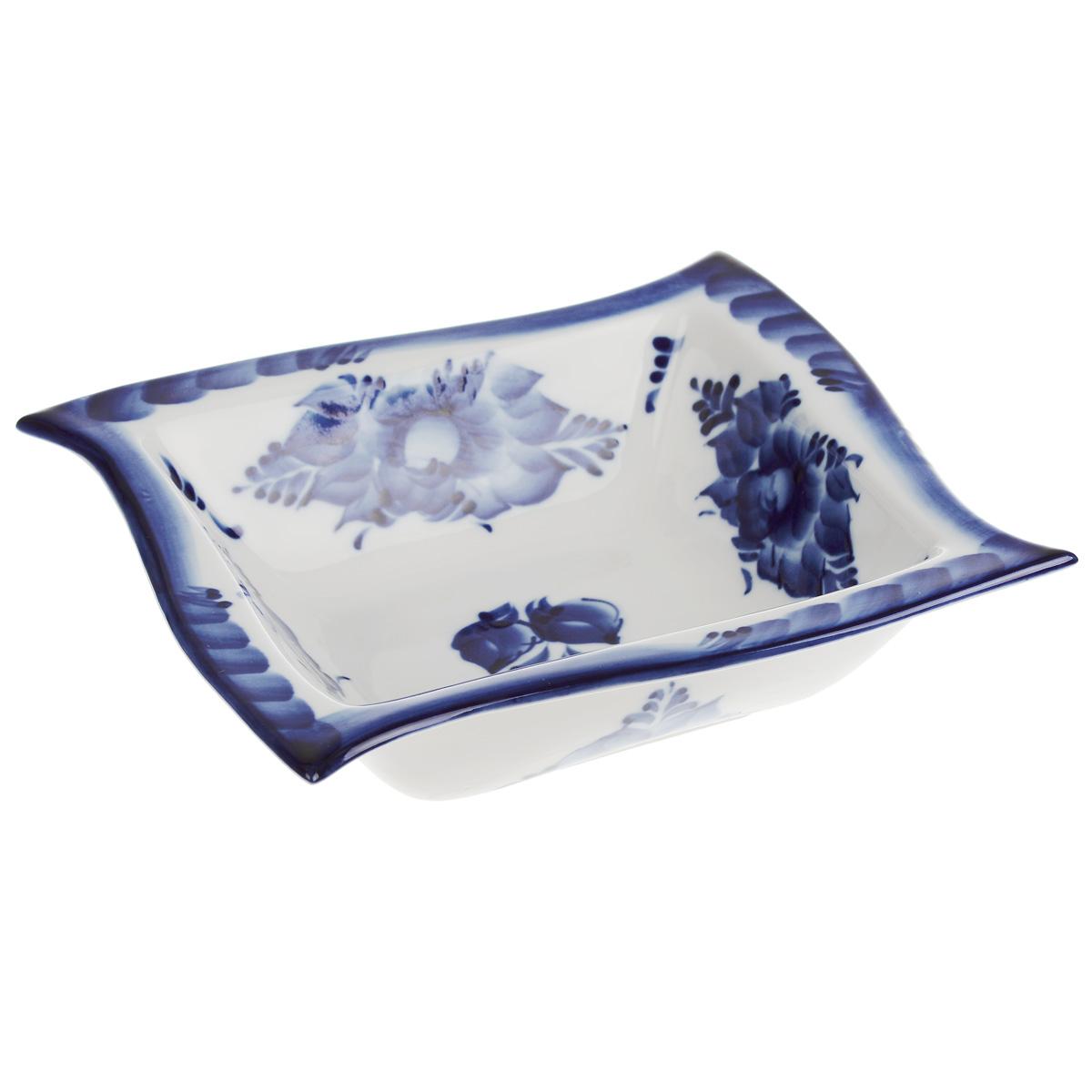 Салатник Волна, цвет: белый, синий, 17,5 х 17,5 х 4,5 см115510Салатник Волна, изготовленный из фарфора, доставит истинное удовольствие ценителям прекрасного. Изделие оформлено росписью в технике гжель. Яркий дизайн, несомненно, придется вам по вкусу.Салатник Волна украсит ваш кухонный стол, а также станет замечательным подарком к любому празднику.