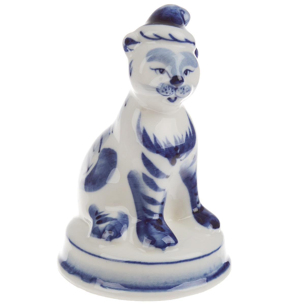 Статуэтка Веселый тигренок, цвет: белый, синий, высота 10,5 смTHN132NОчаровательная статуэтка Веселый тигренок станет оригинальным подарком для всех любителей красивых вещей. Она выполнена из фарфора в виде забавного тигренка и оформлена гжельской росписью.Изысканный сувенир станет прекрасным дополнением к интерьеру. Вы можете поставить статуэтку в любом месте, где она будет удачно смотреться, и радовать глаз.